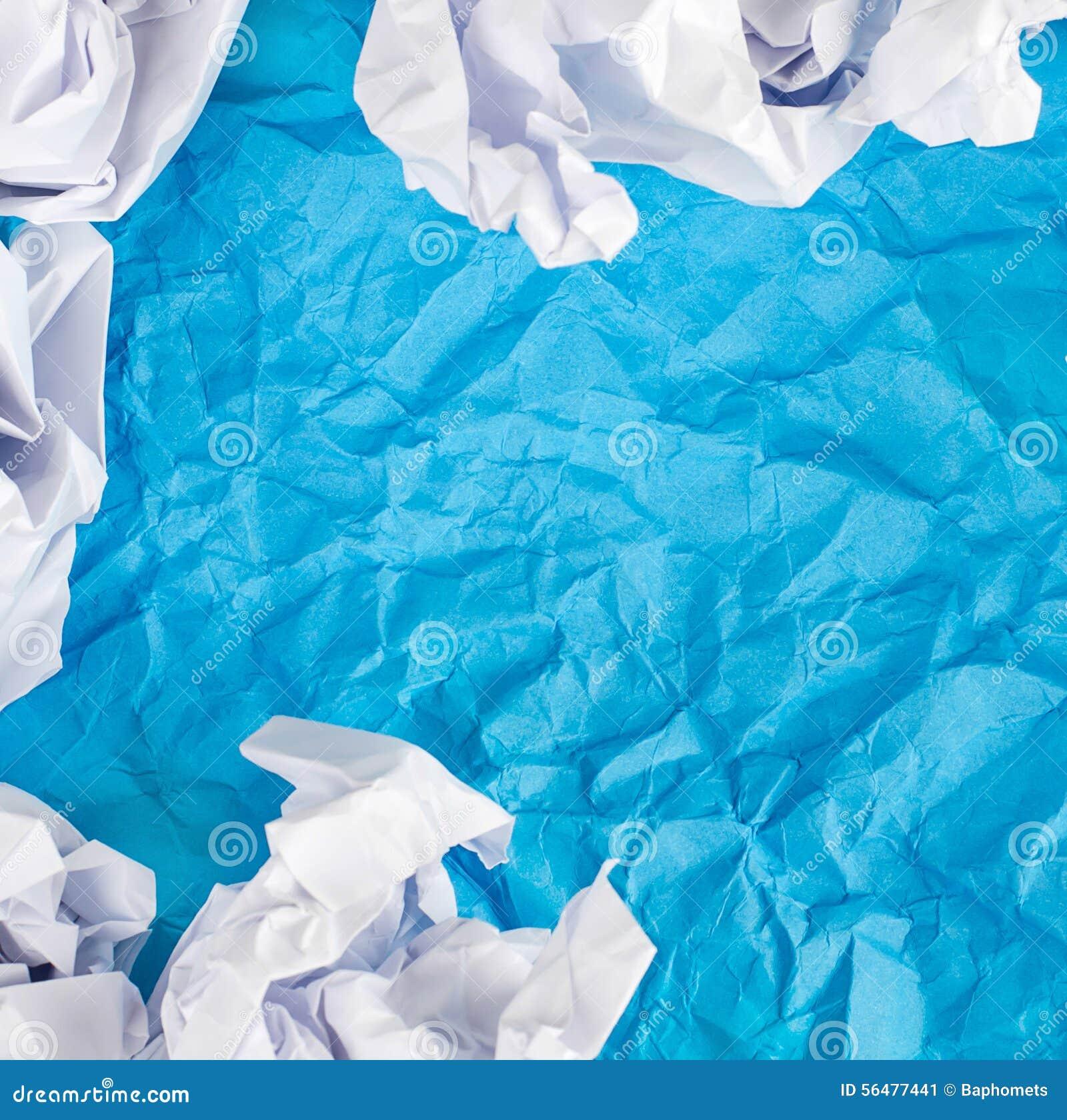 Le bleu a chiffonné le fond de papier avec la boule de papier chiffonnée