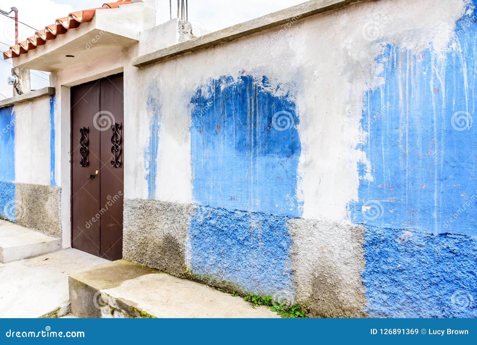 Le Bleu Et Le Blanc Ont Peint La Maison Extérieure Avec La