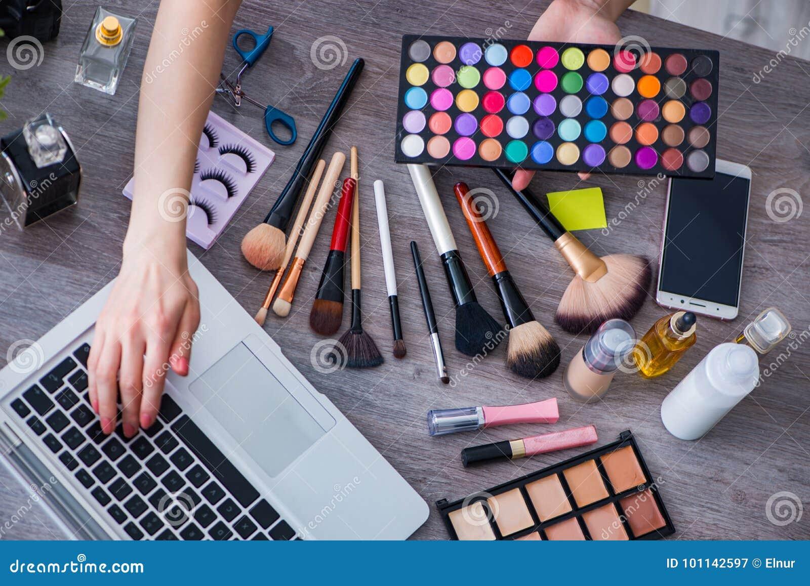 Le blogger de mode avec des accessoires de maquillage