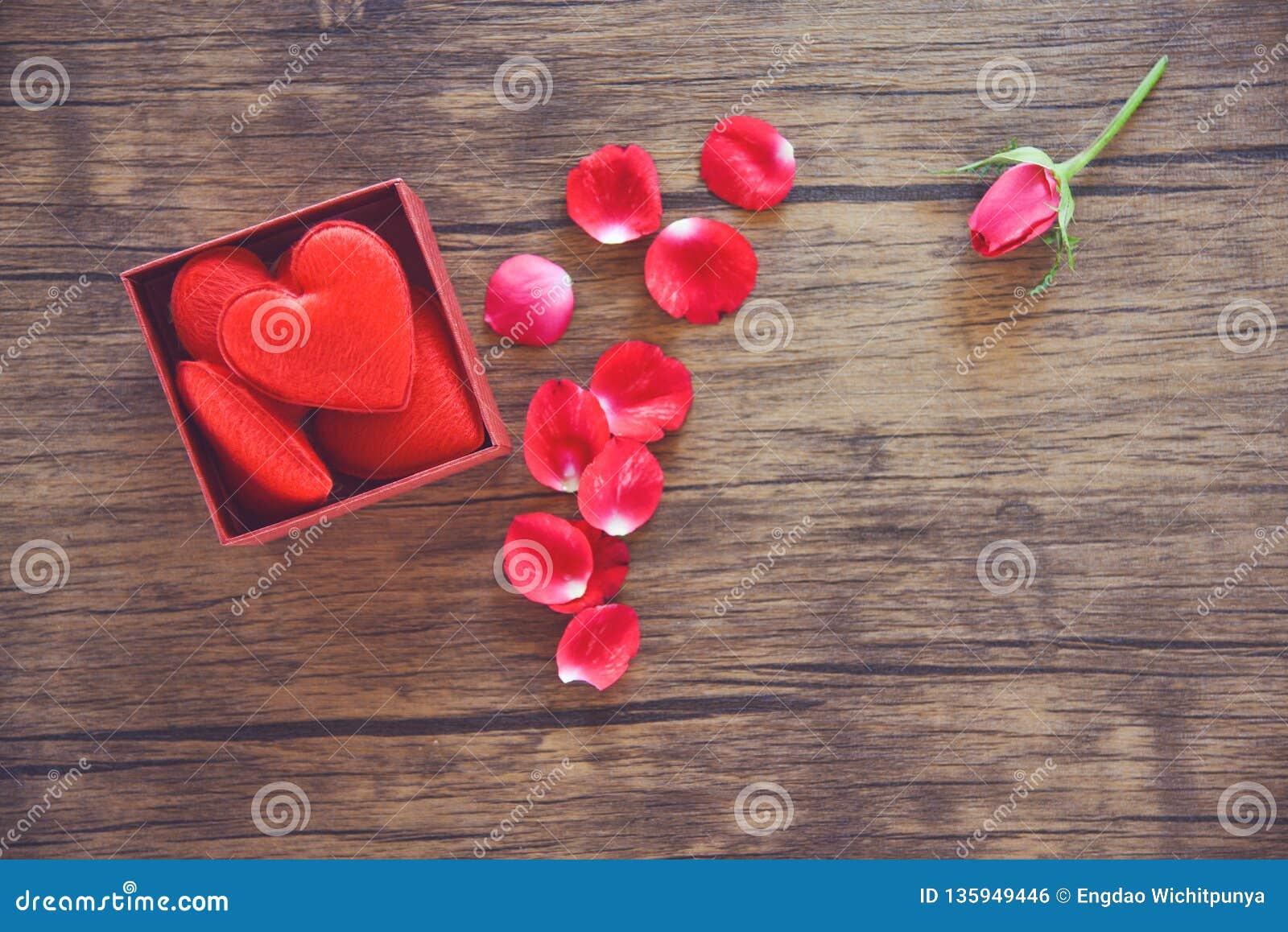 Le boîte-cadeau ouvert avec la boîte actuelle rouge de coeur rouge avec le plein coeur pour le jour de valentines de cadeau et le