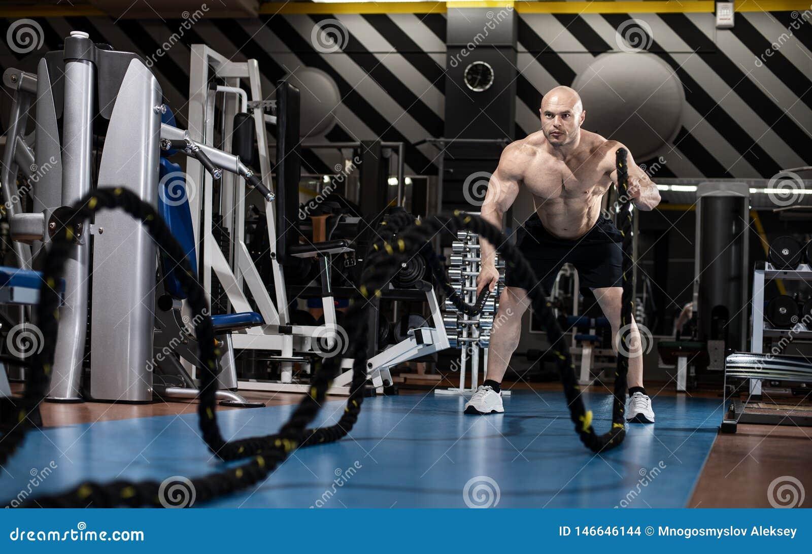 Le bodybuilder d homme exécutent l exercice