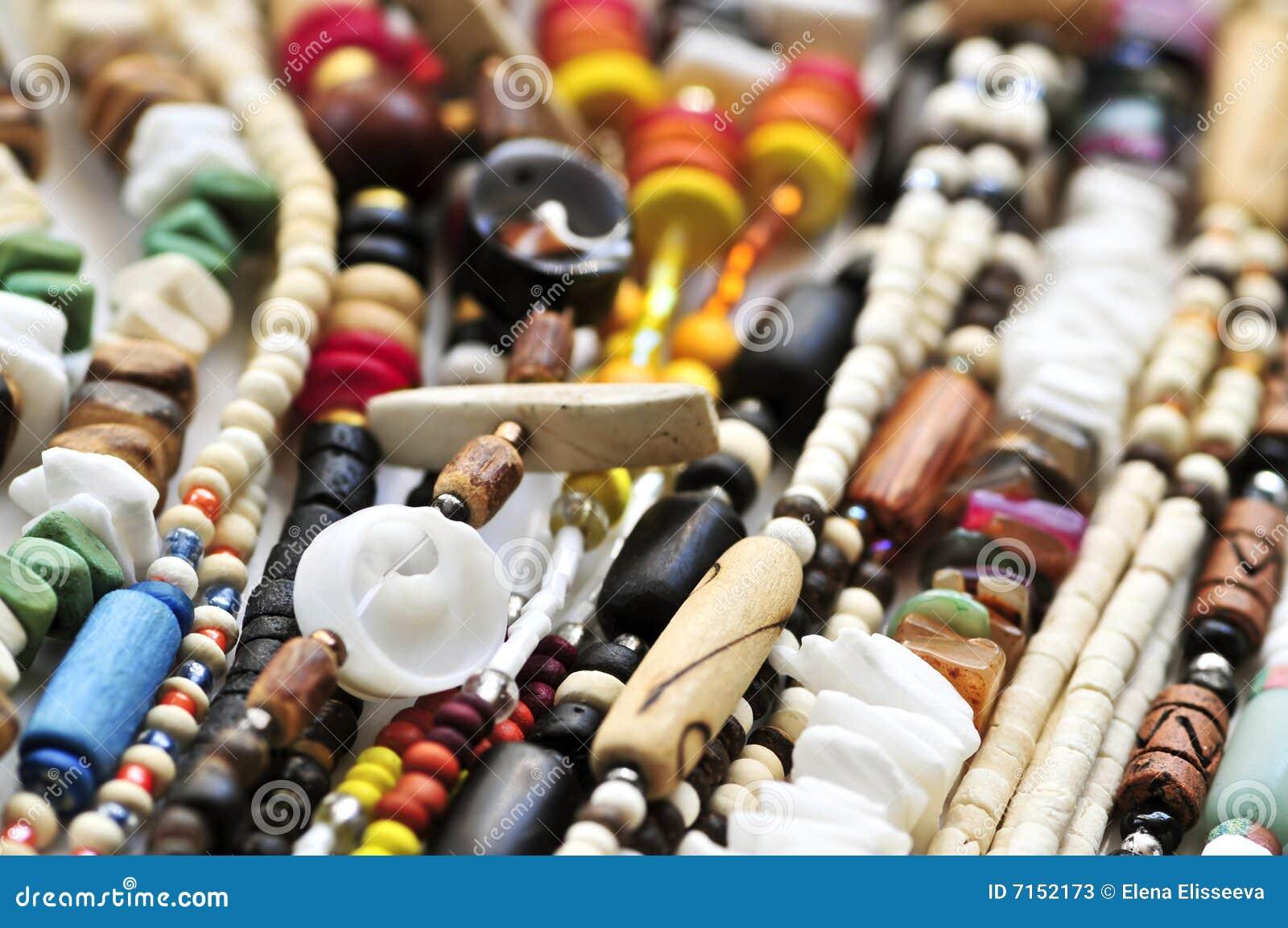 Le bois et le seashell perlent des colliers