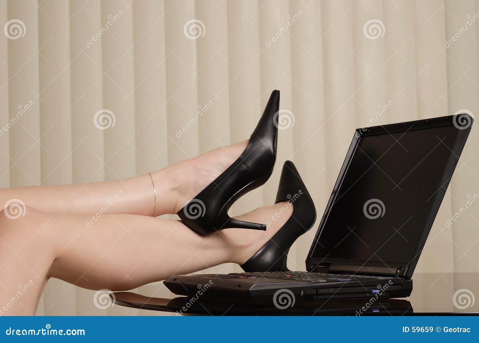 Download Le bossage de dame image stock. Image du haut, noir, pattes - 59659