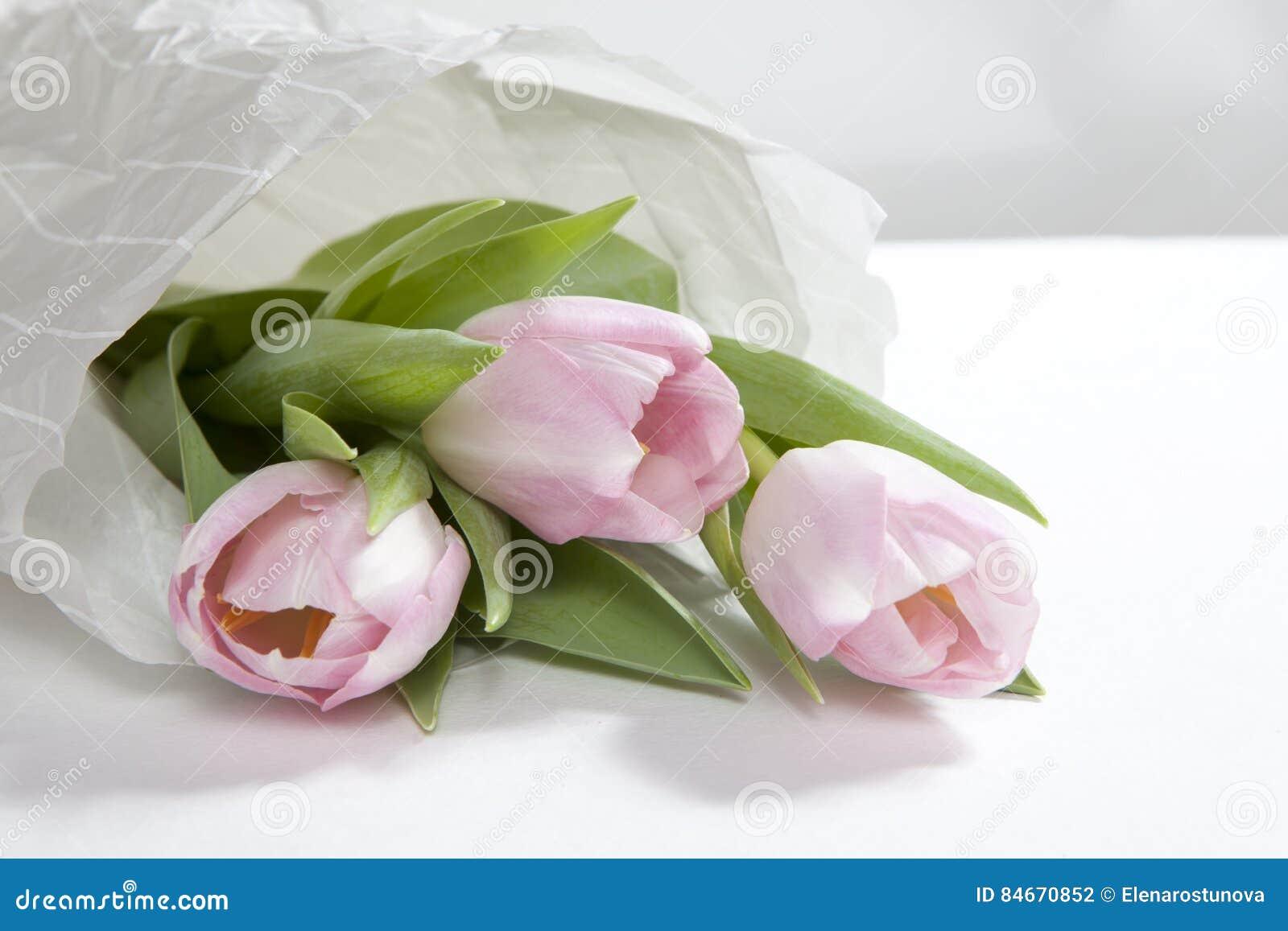 le bouquet de fleur de tulipe de rose d'anniversaire enveloppé en
