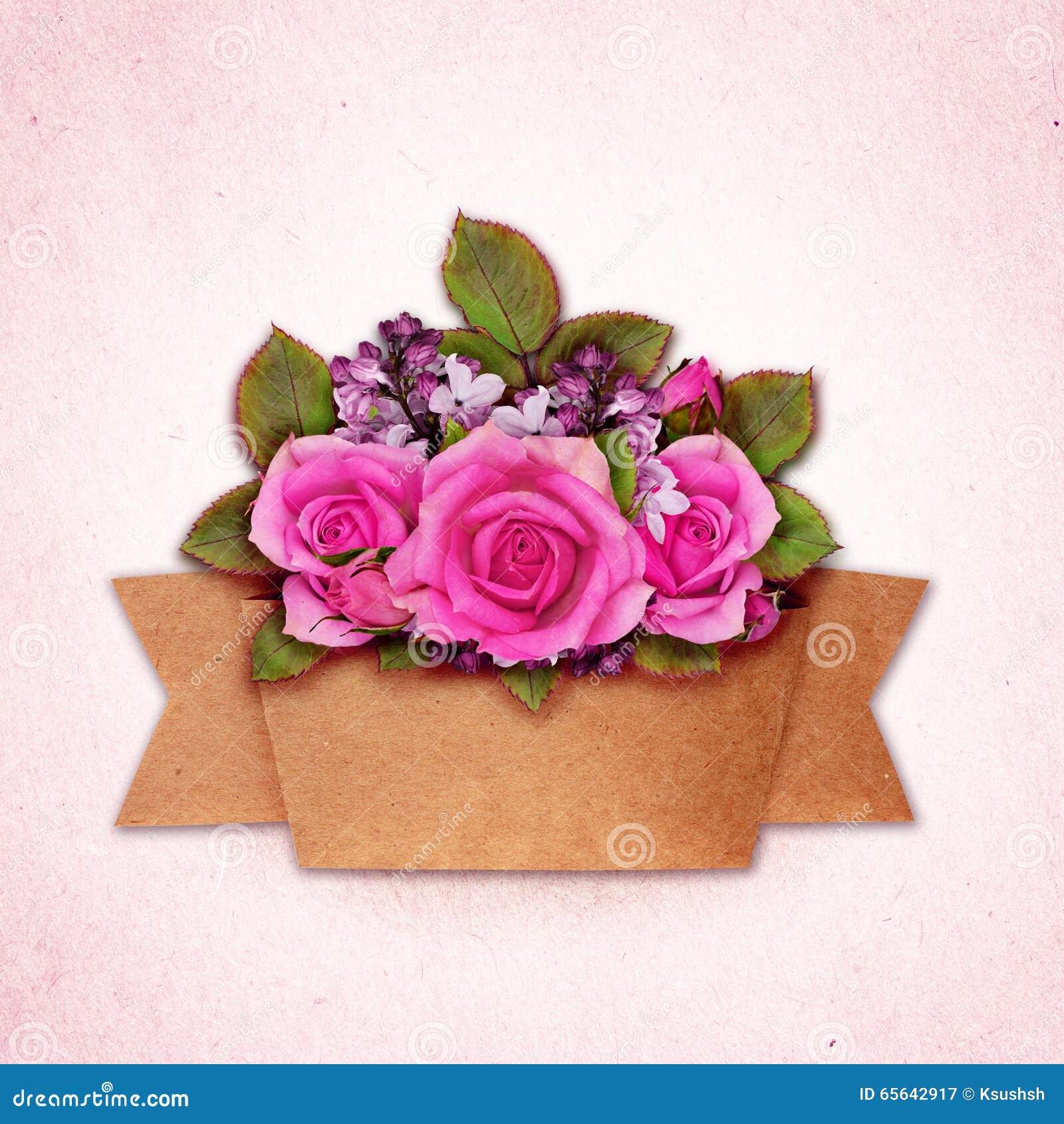 Le bouquet de fleurs de Rose et de lilas avec le métier empaquettent le ruban