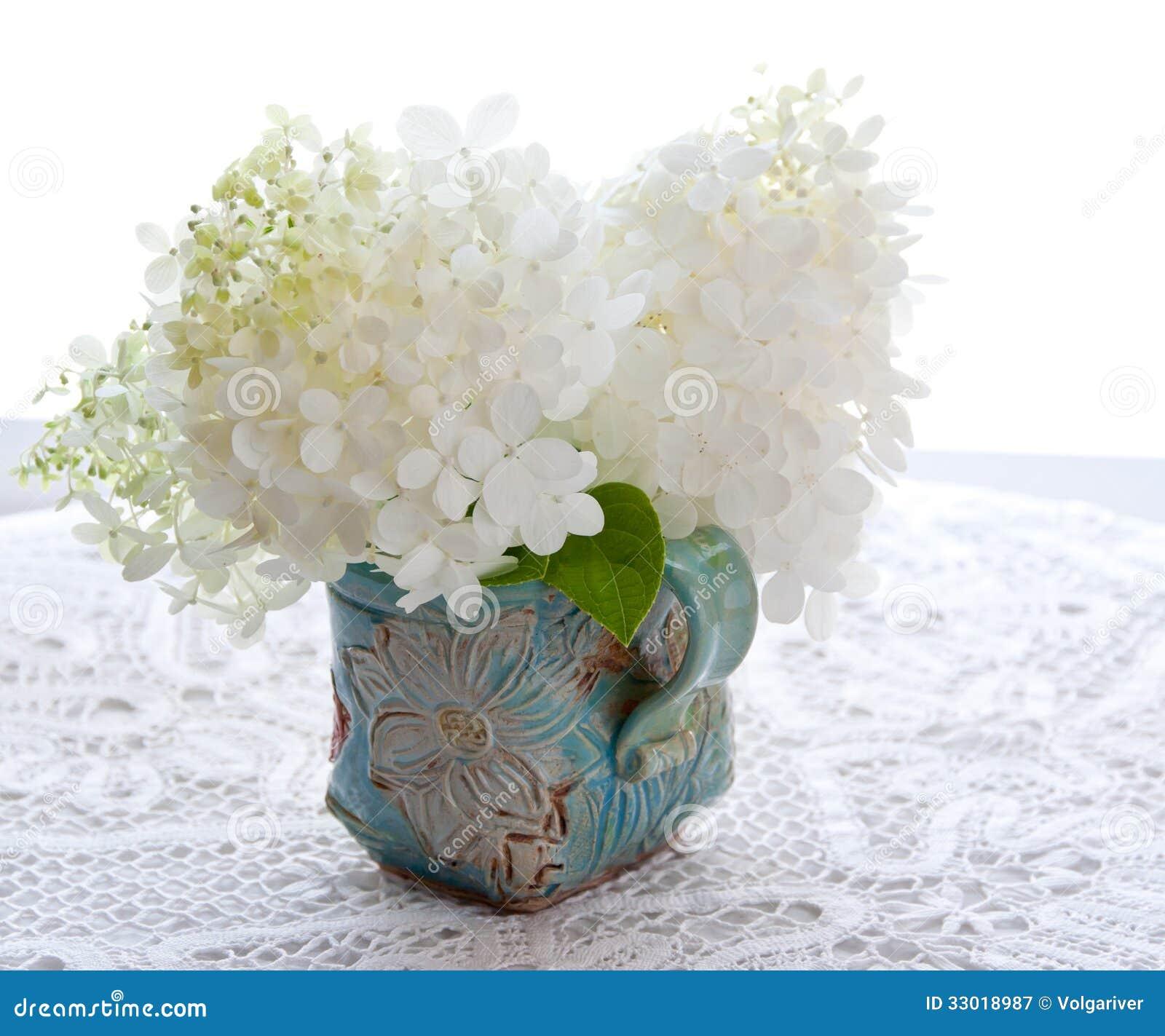 le bouquet de l 39 hortensia blanc fleurit sur une table image stock image 33018987. Black Bedroom Furniture Sets. Home Design Ideas