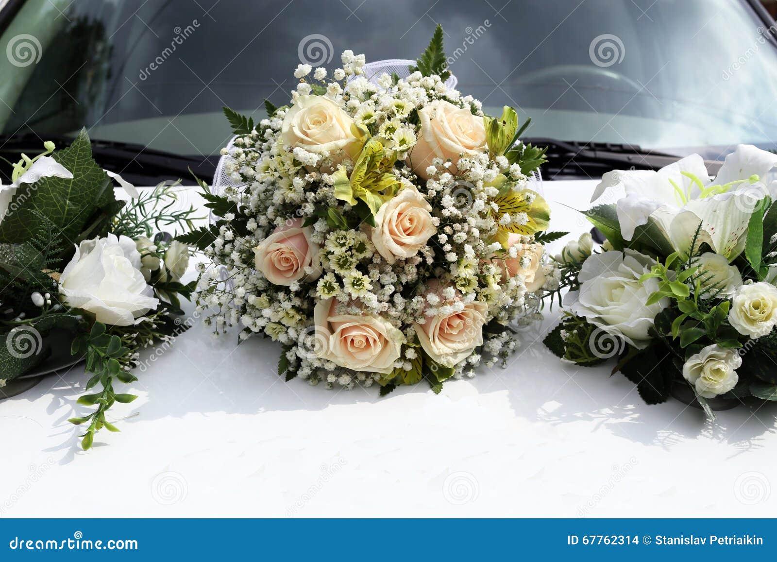 Le bouquet de mariage se trouve sur le capot de la voiture - Prix decoration voiture mariage fleuriste ...