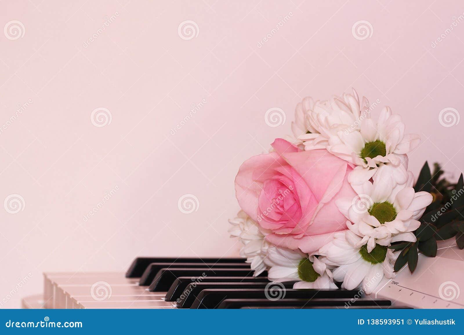 Le bouquet des chrysanthèmes blancs et un se sont levés sur le piano Vacances et concept d amour Saint-Valentin, le 8 mars et jou