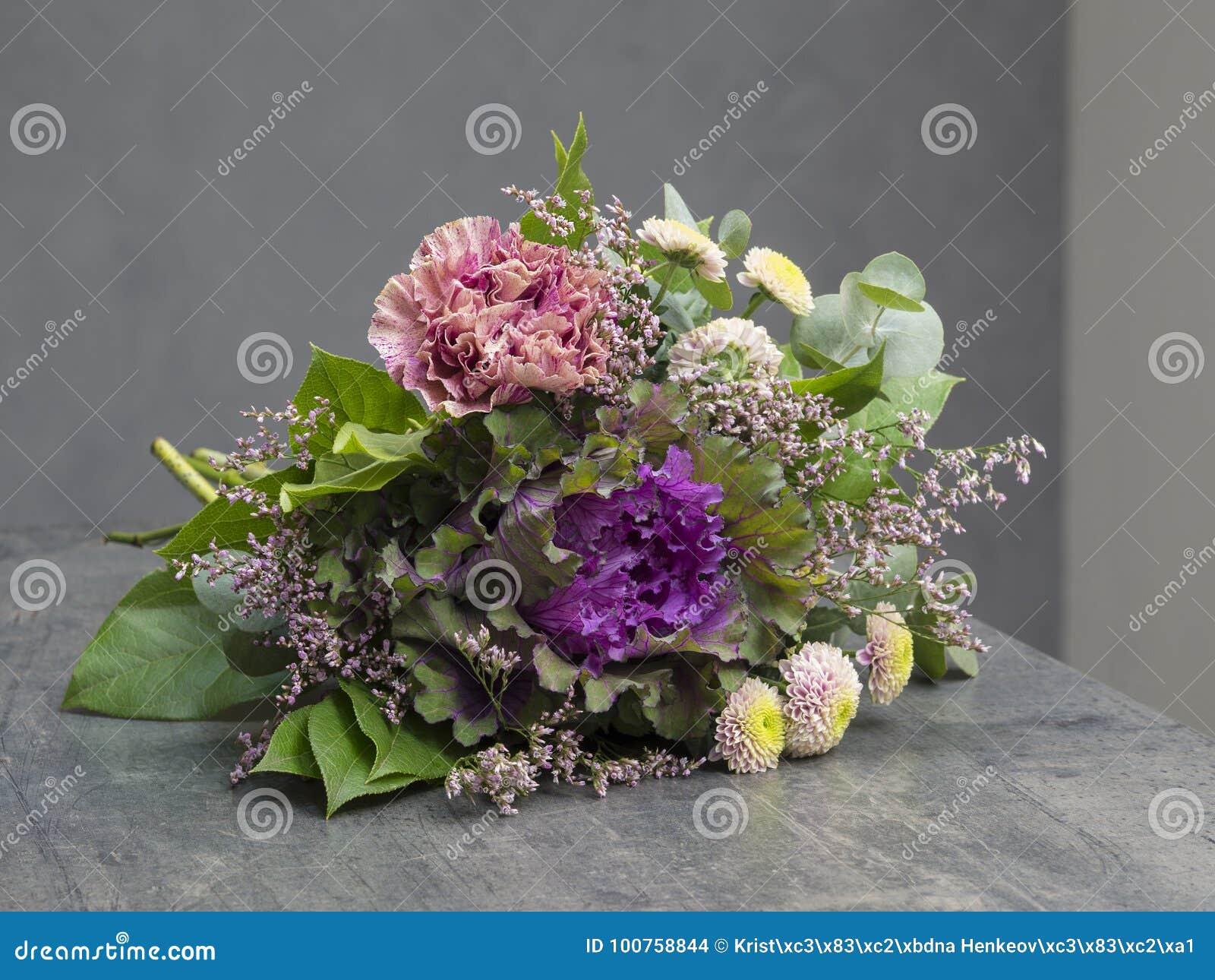 le bouquet des fleurs dentellent violet et vert avec le chou