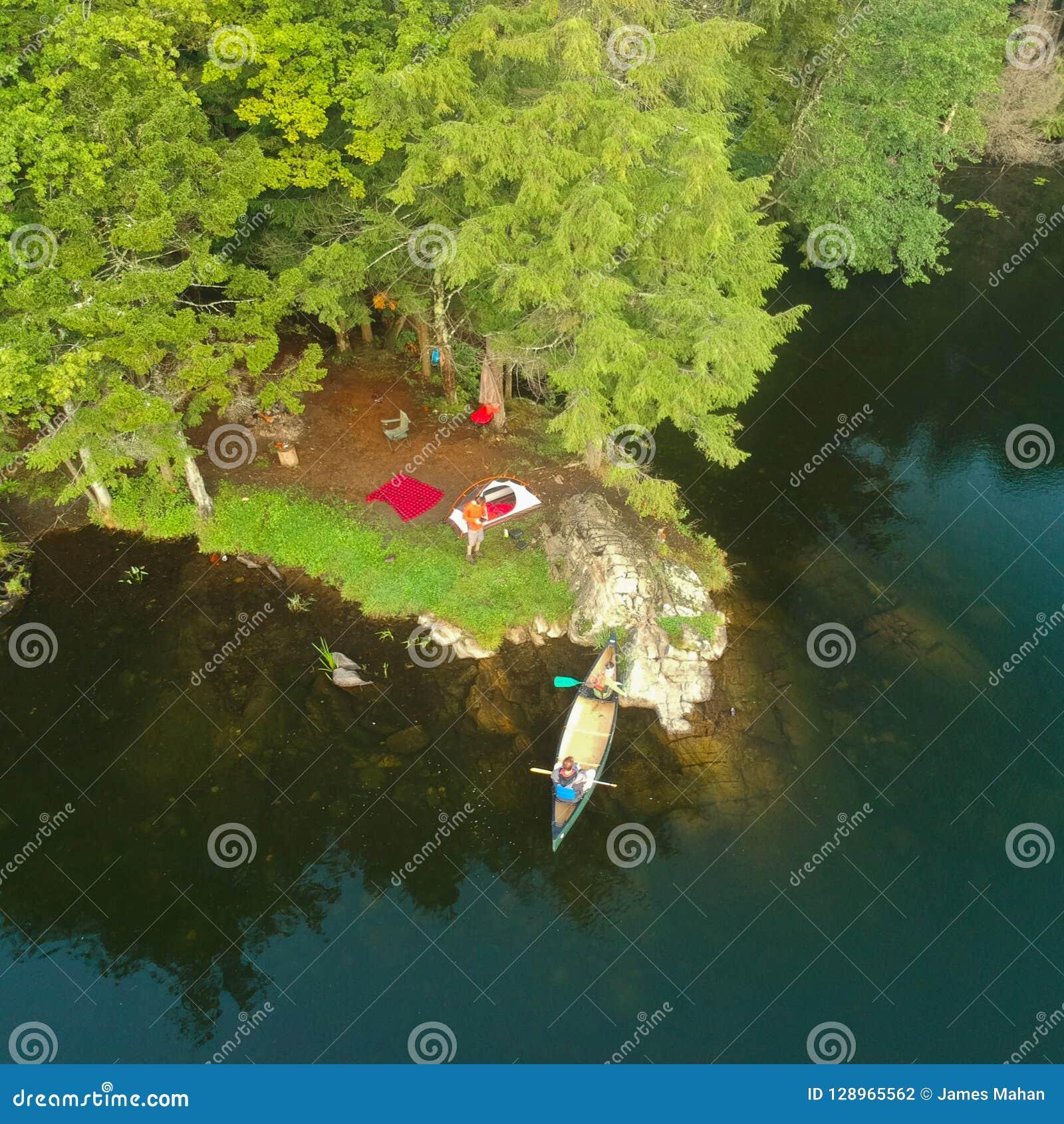Le bourdon aérien a tiré du terrain de camping, du feu de camp et du canoë de tente dans les montagnes d Adirondack