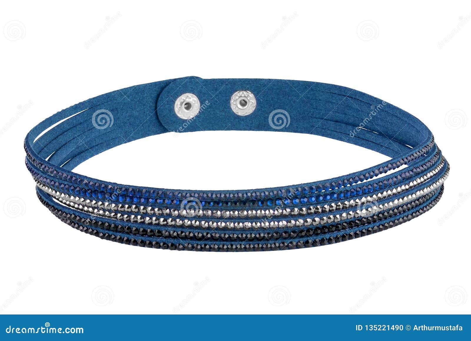 Le bracelet bleu réglable de textile avec trois types de pierres précieuses, d isolement sur le fond blanc, chemin de coupure a i
