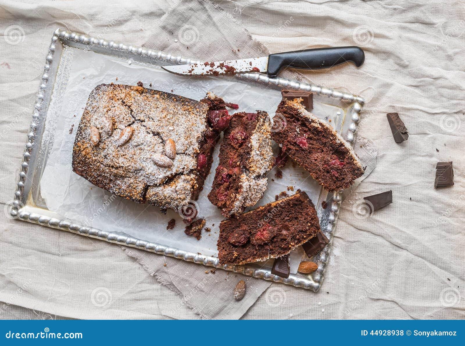 Le  brownie  de cerise avec l amande et le chocolat de noir a coupé en morceaux dessus