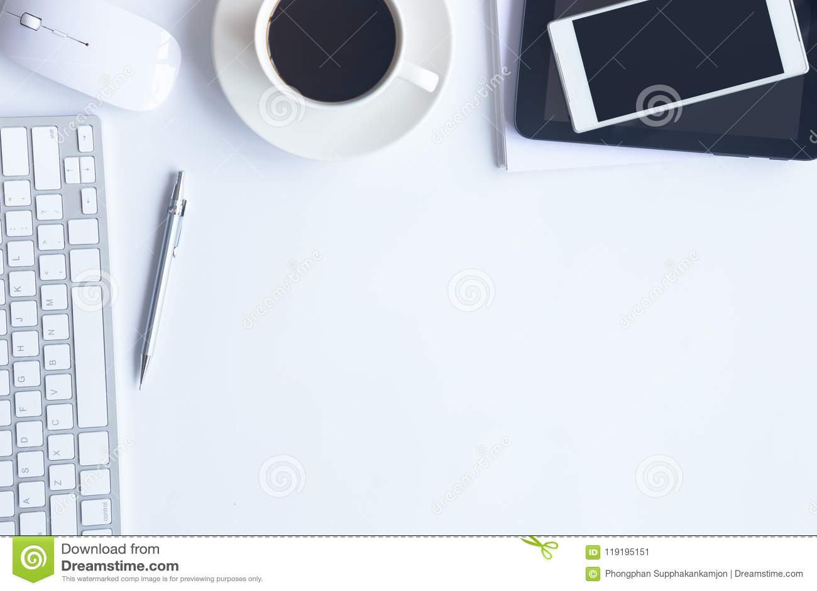 Le bureau blanc de bureau avec lordinateur portable le smartphone