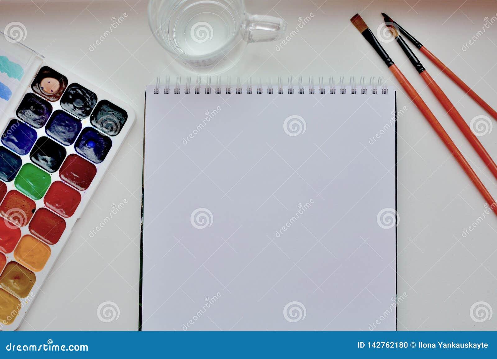 Le bureau de l artiste avec les instruments de l artiste