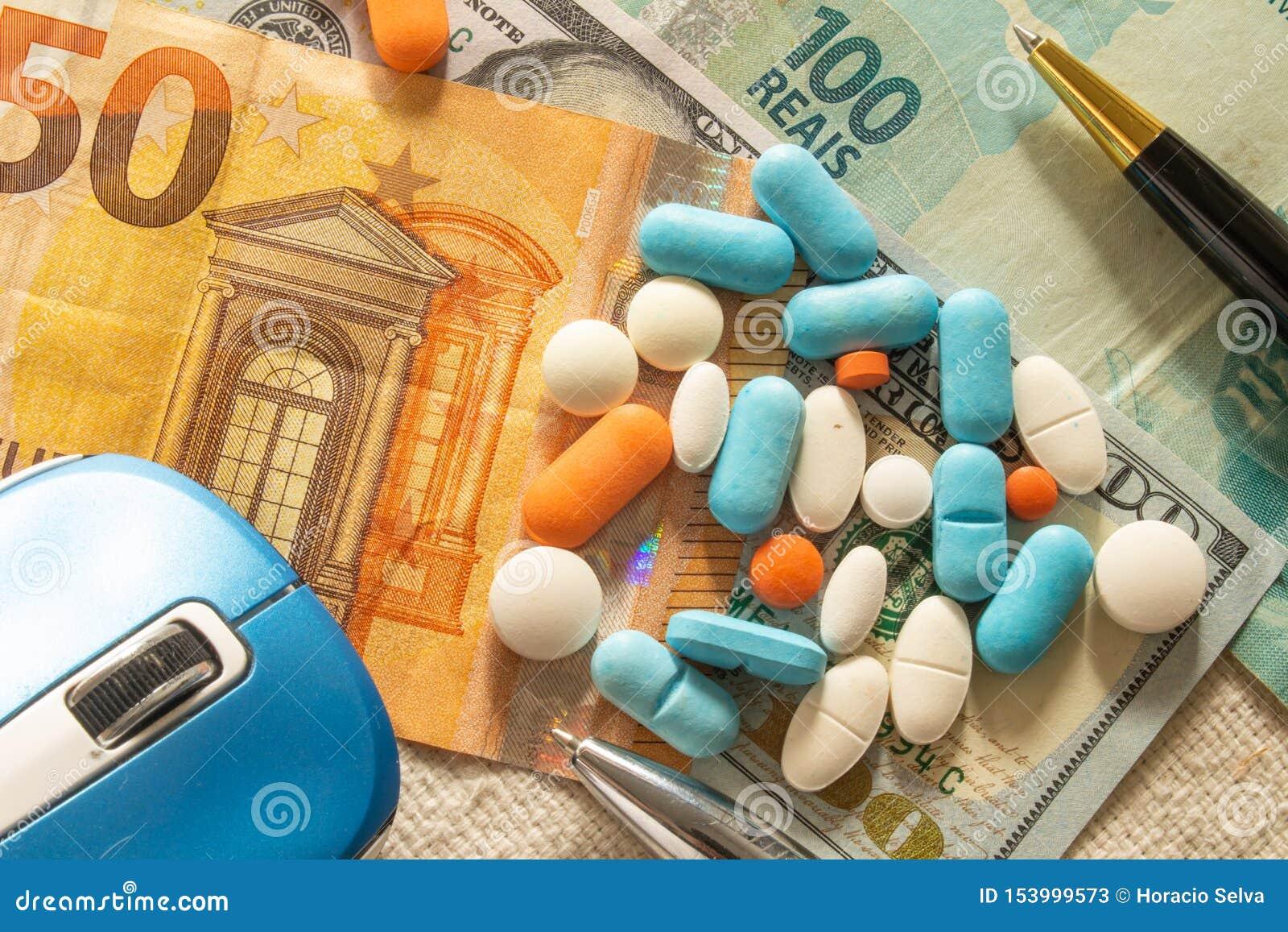 Le bureau du docteur avec l argent et les médecines Concept de coût de santé