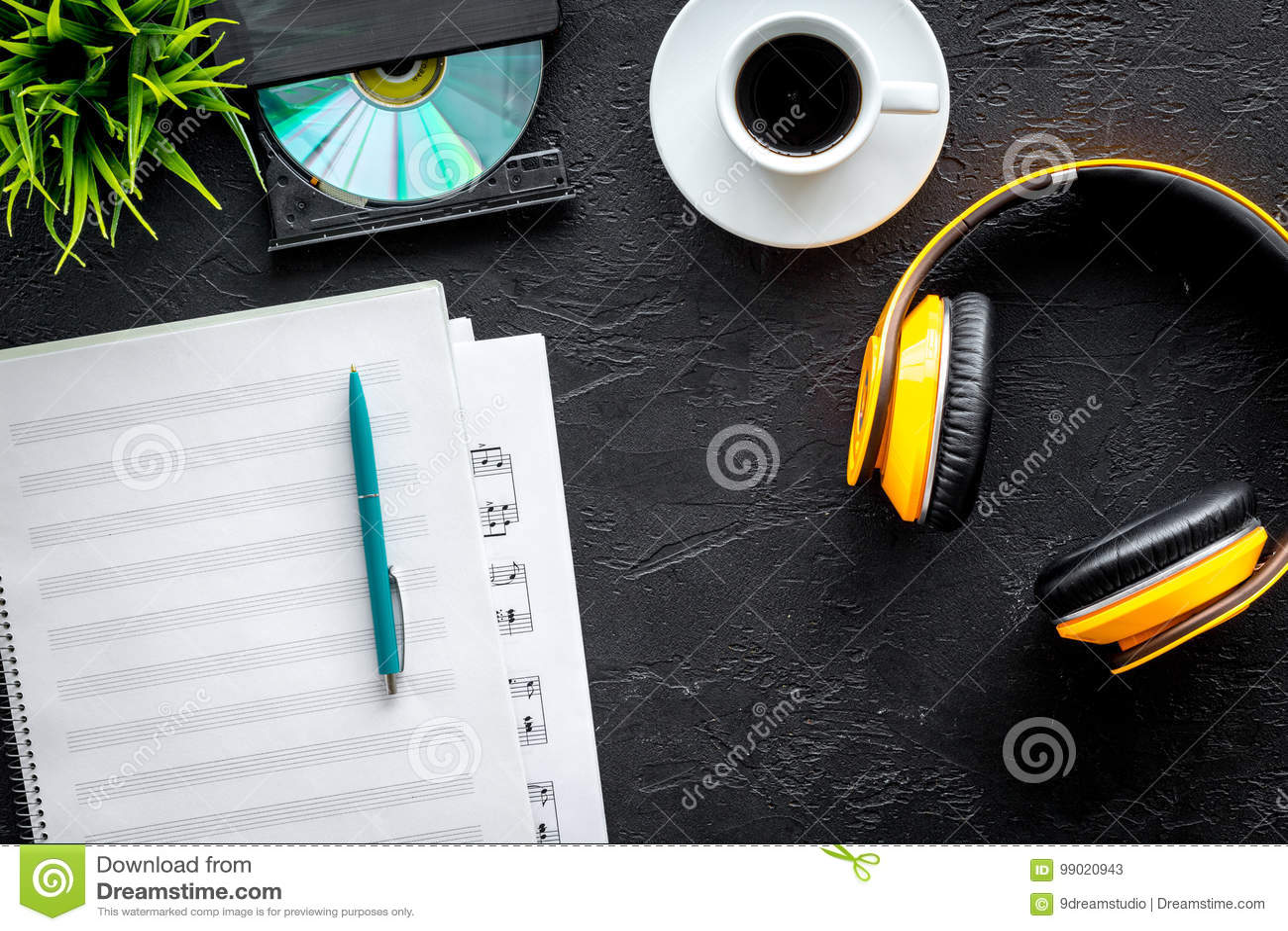 Le bureau du musicien avec le papier blanc et les écouteurs pour le