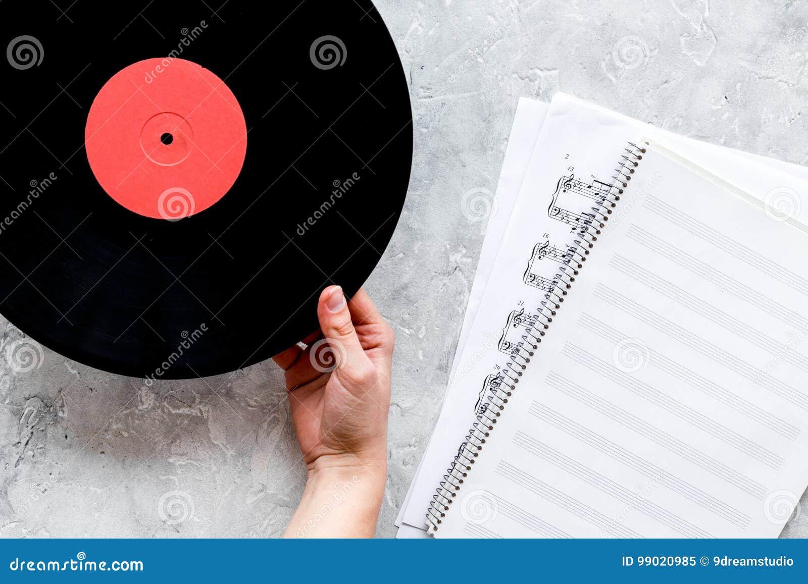 Le bureau du musicien ou du dj avec des disques de vynil et le