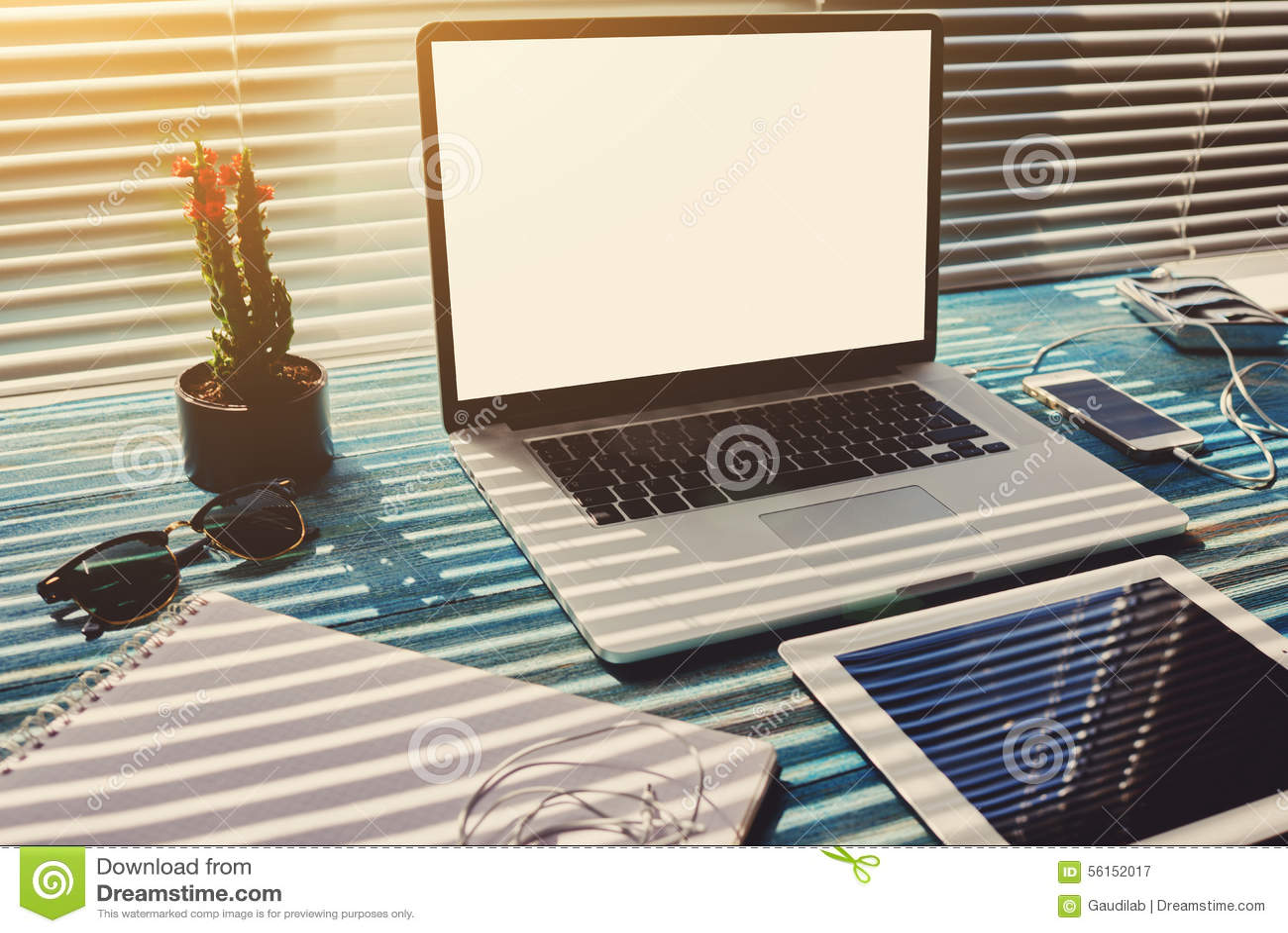 le bureau ind pendant avec des accessoires et la distance fonctionnent des outils photo stock. Black Bedroom Furniture Sets. Home Design Ideas