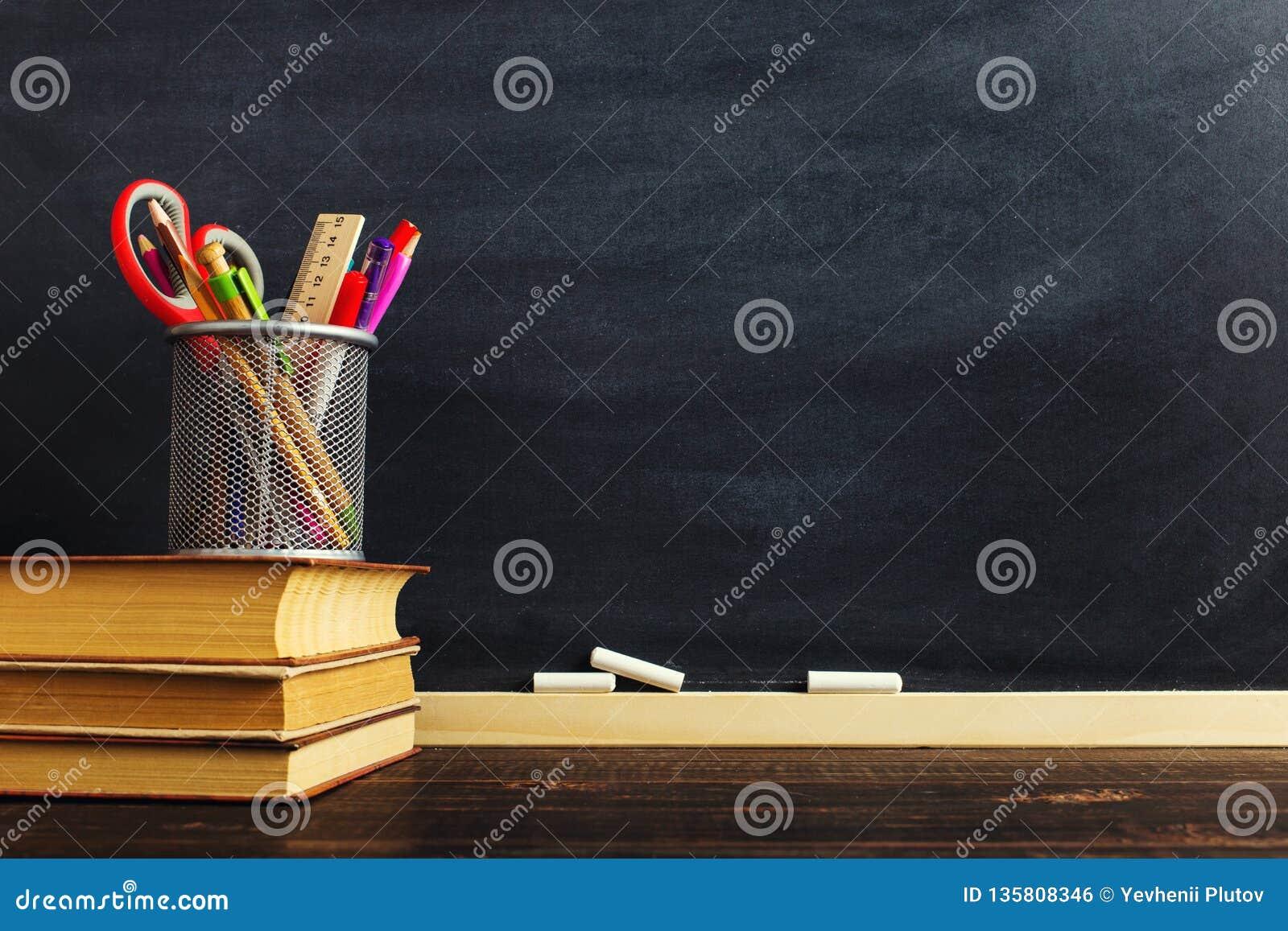 Le bureau ou un travailleur du professeur, sur lesquels les matériaux d inscription se trouvent et des livres Blanc pour le texte