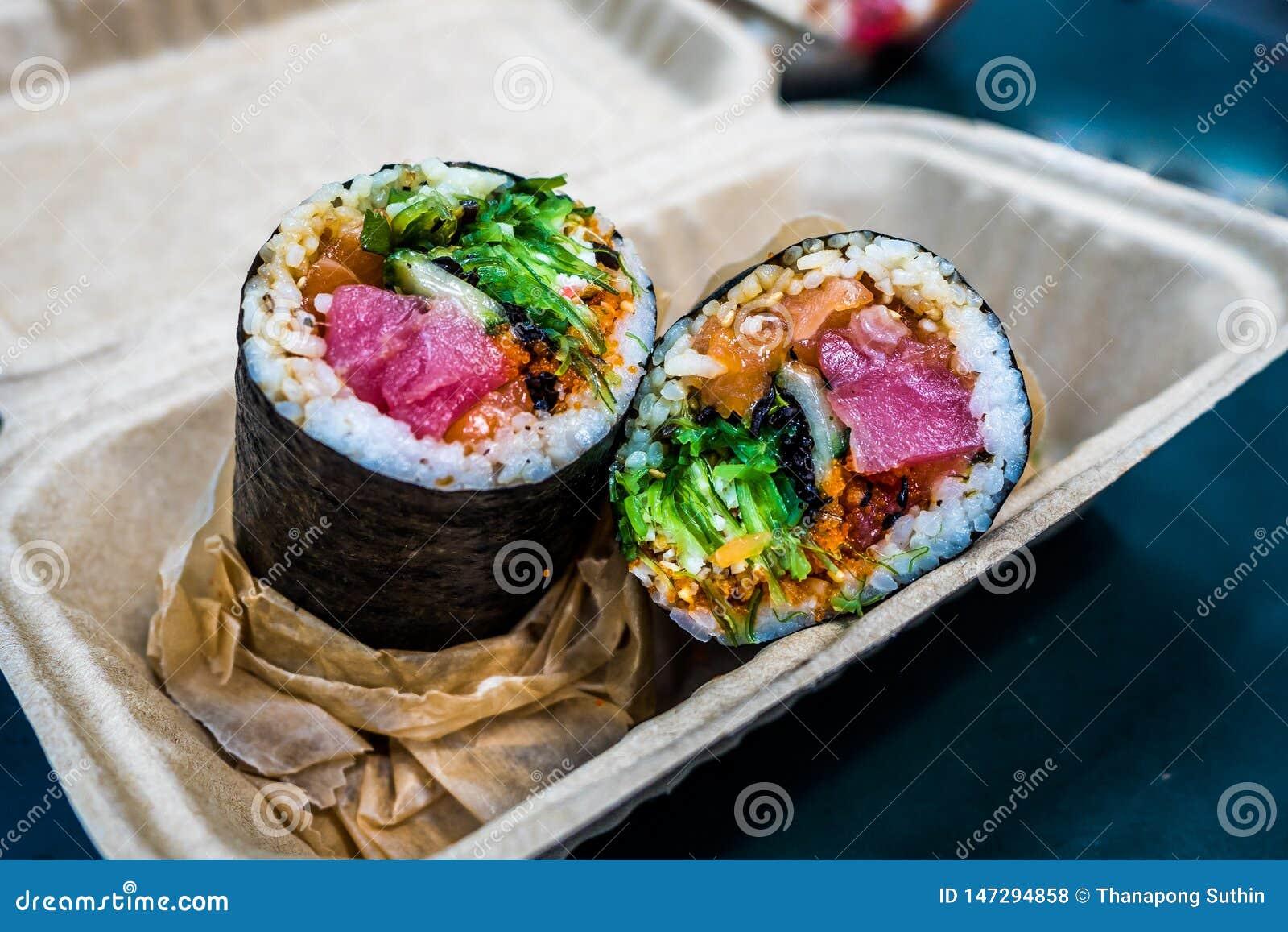 Le burrito de sushi est un aliment japonais de nouvelle fusion