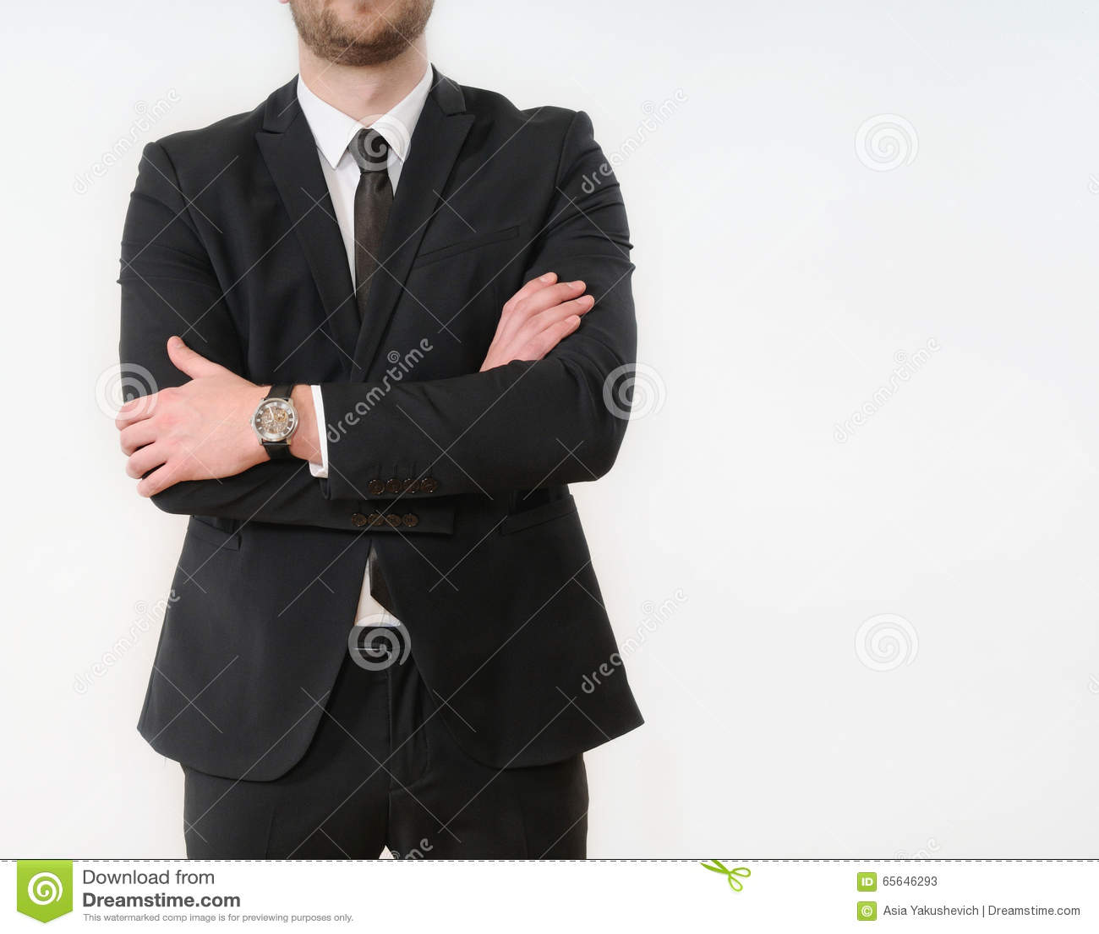 Le côté de corps d homme d affaires a plié ses bras dans le costume noir sur le Ba blanc