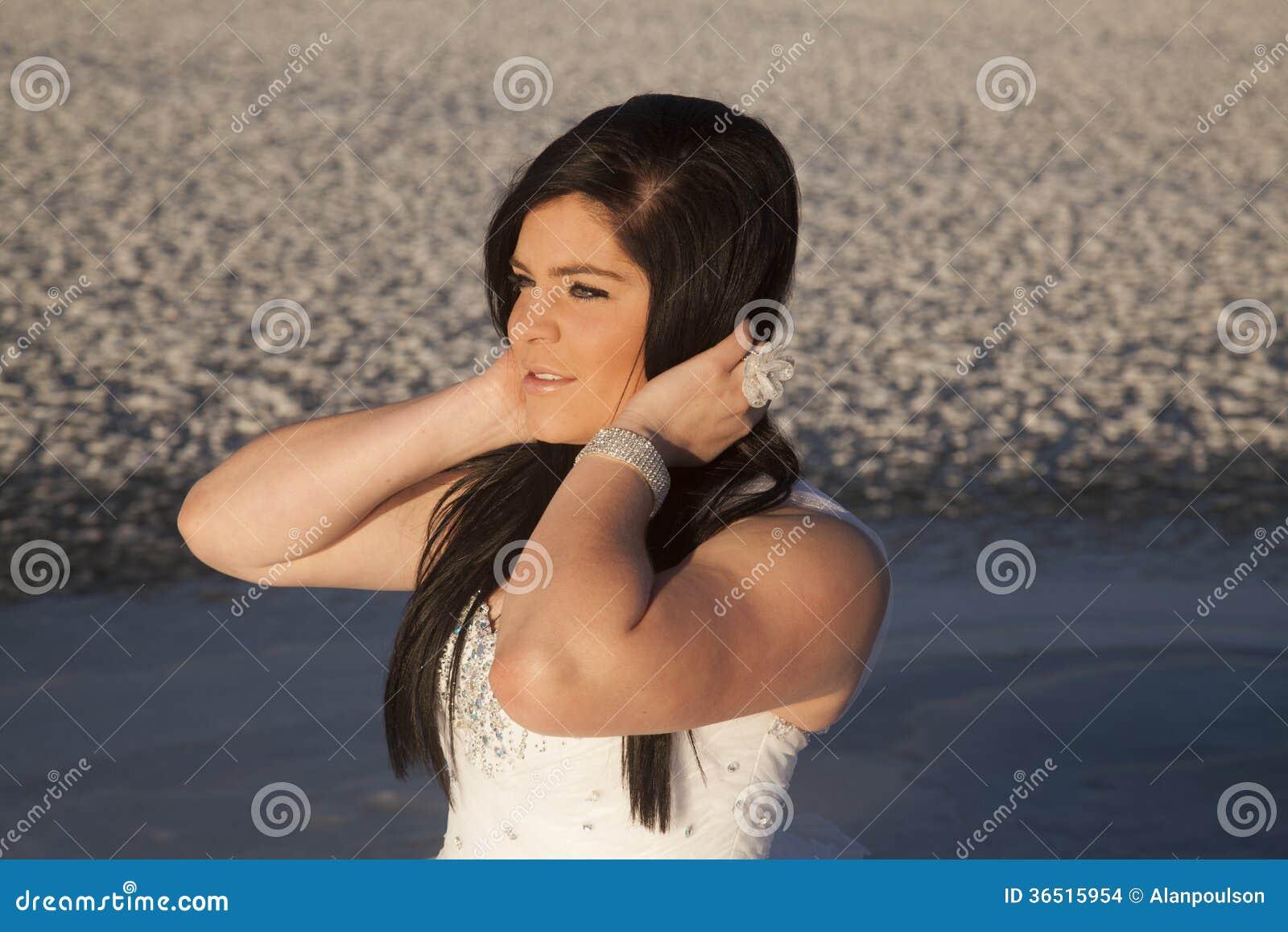 Le côté de fin de glace de robe formelle de femme remet des cheveux