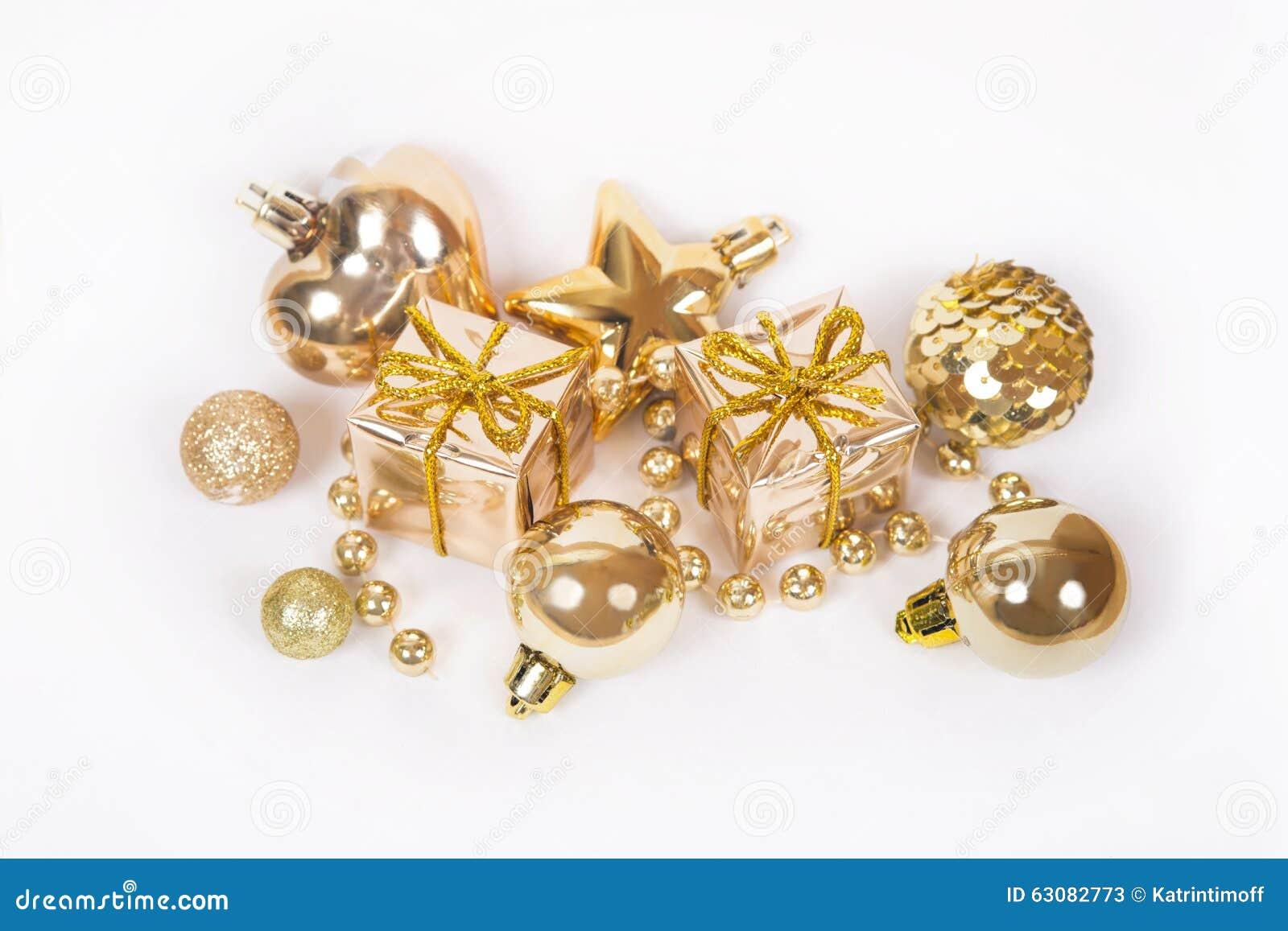 Download Le Cadeau D'or Avec D'autres Babioles De Noël Aiment La Décoration De Vacances Sur Le Blanc Image stock - Image du isolat, réception: 63082773
