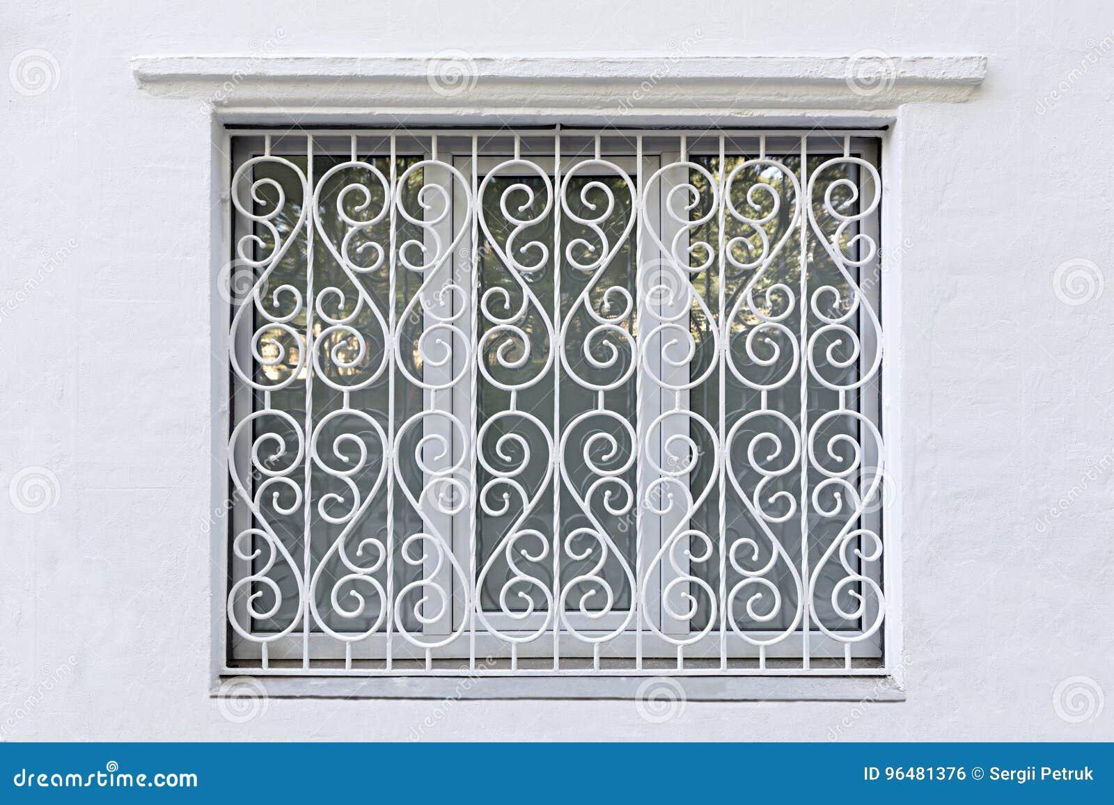 Le Cadre Figure De La Fenêtre Avec Du Fer A Forgé La Grille Blanche
