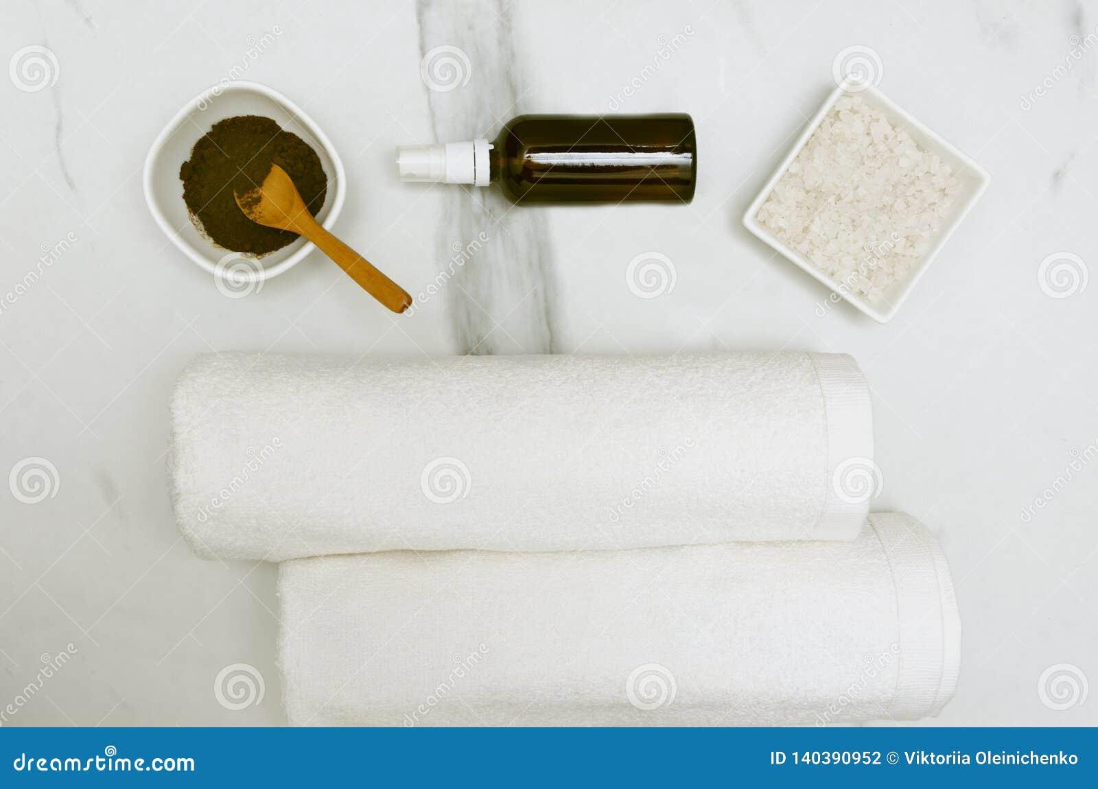 Le café frottent, mettent en bouteille avec le pétrole, le sel de mer et les serviettes, vue supérieure Concept de thérapie de be