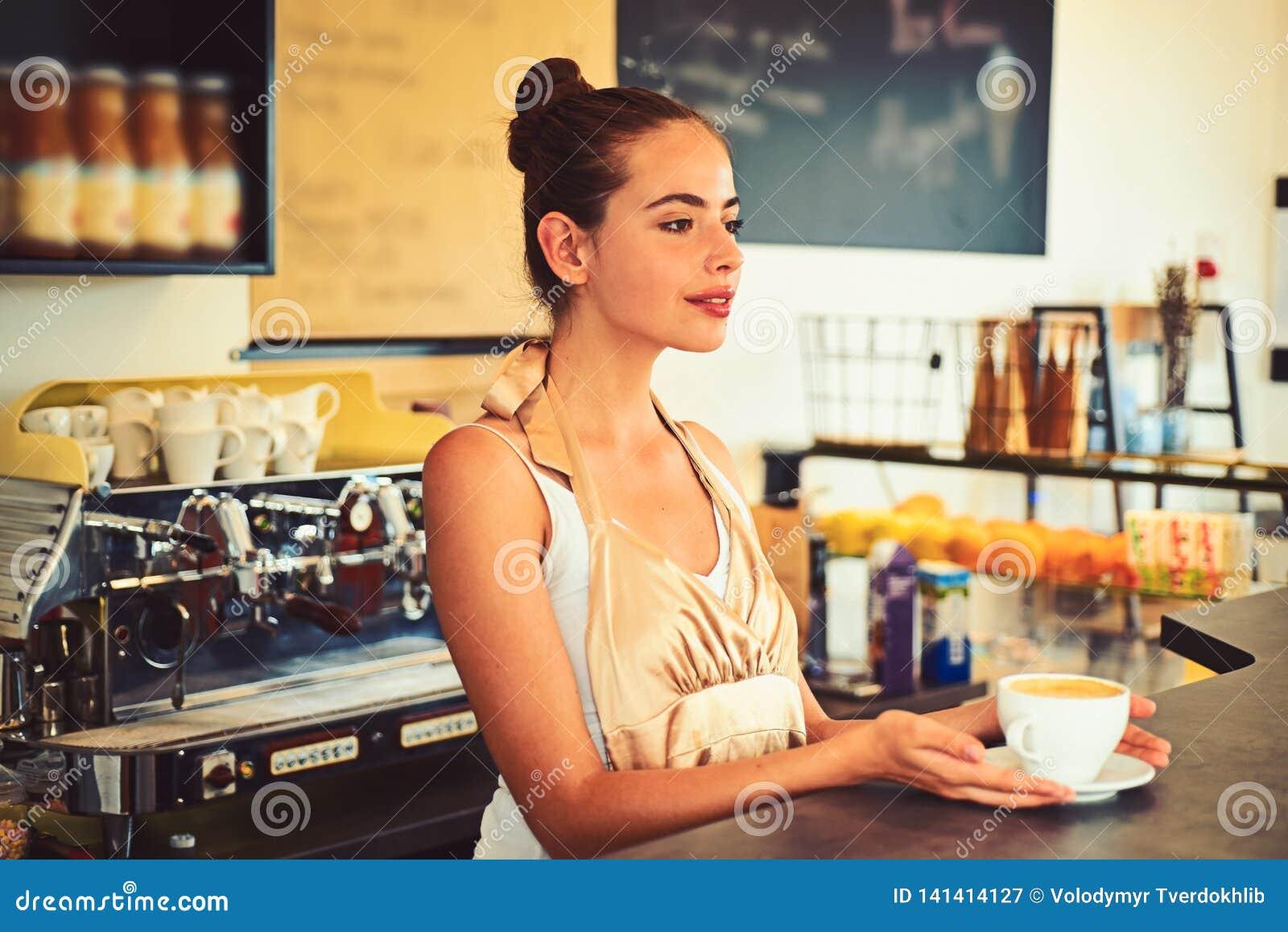 Le café qui inspire Tasse de service de barman de boisson chaude de café avec le sourire Café de brassage dans le café Barman de