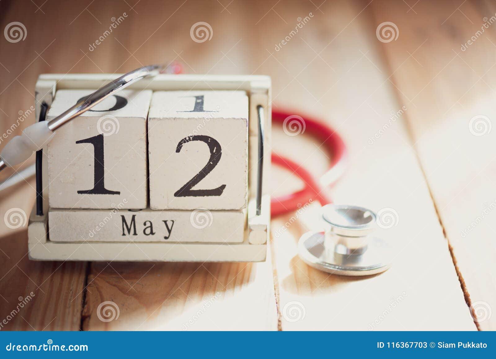 Le calendrier de bloc en bois pour l International soigne le jour, le 12 mai