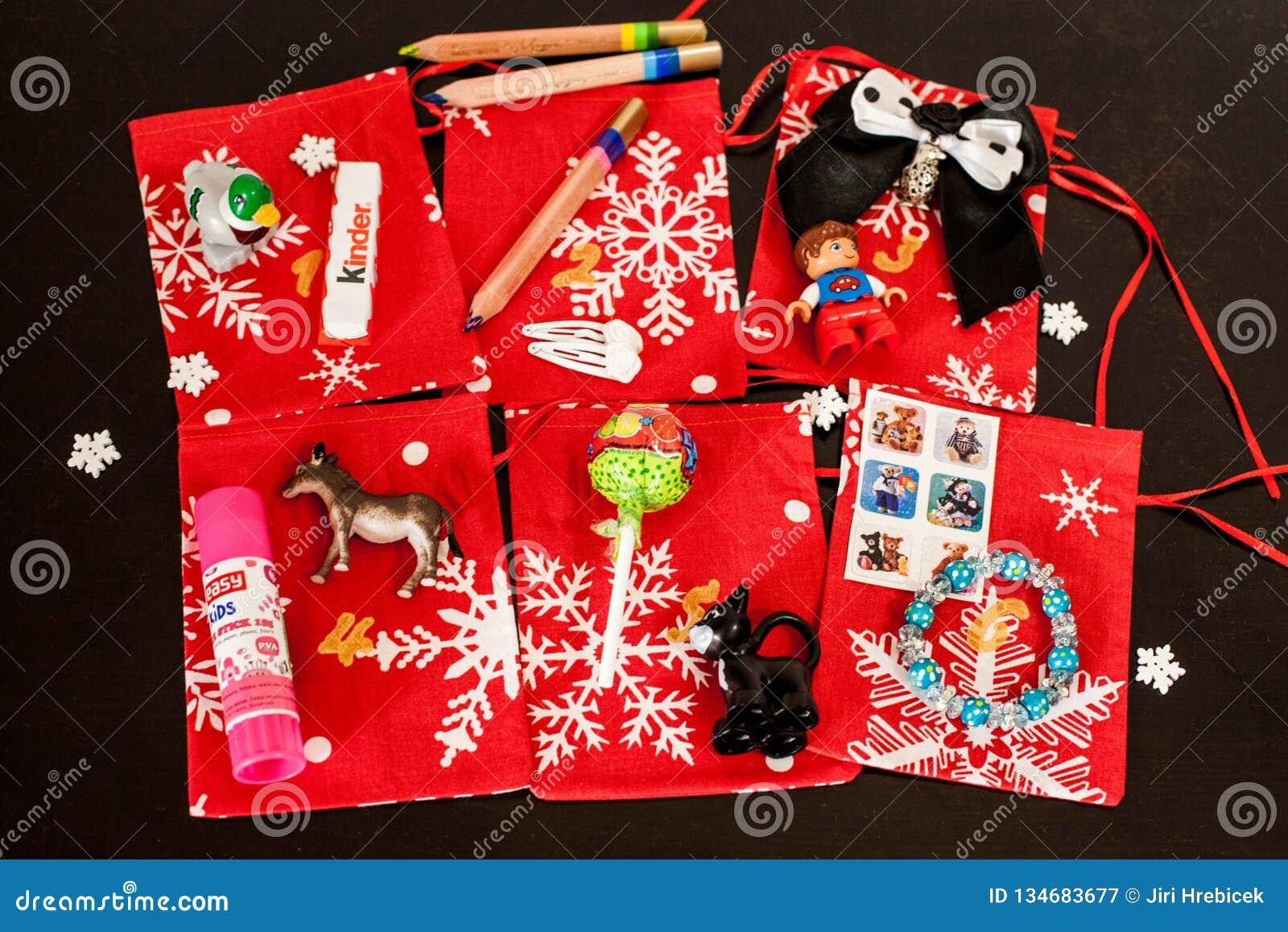 Le calendrier fait main d avènement de Noël pour des enfants, avènement rouge a numéroté des sacs prêts à être rempli de jouets