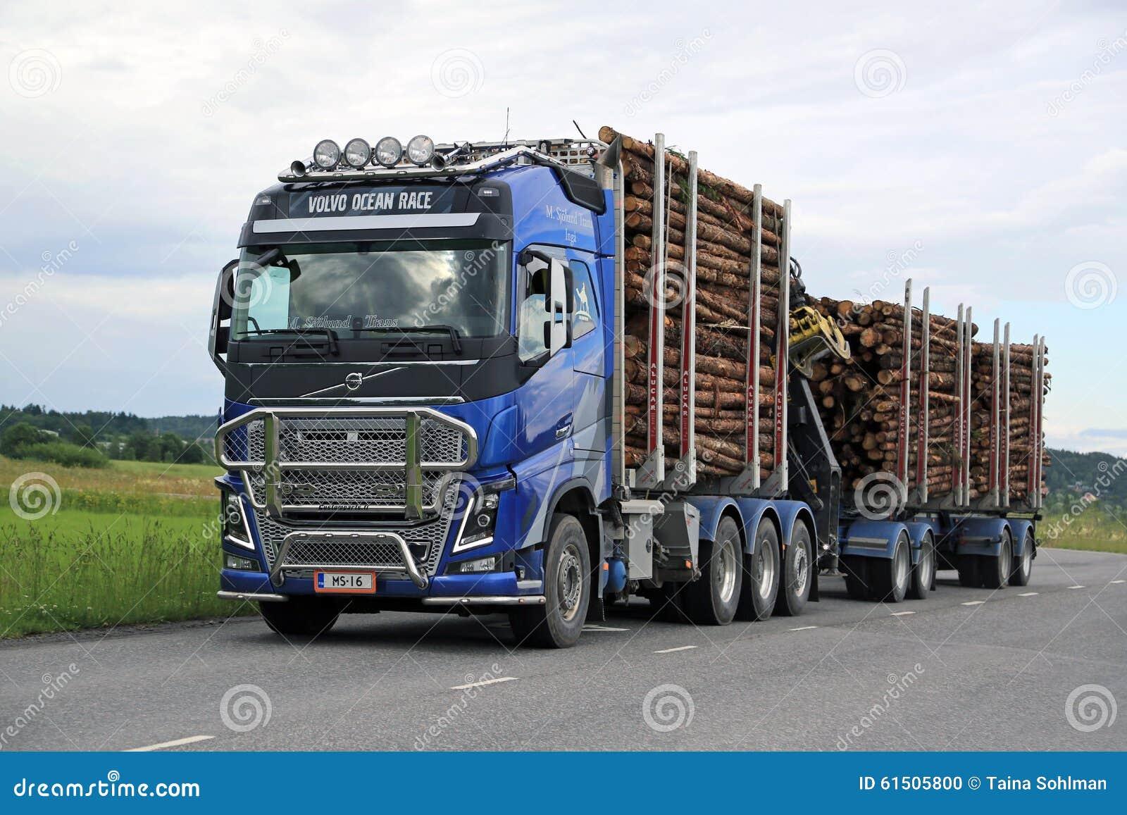 Le camion de notation de Volvo FH16 transporte le bois de construction