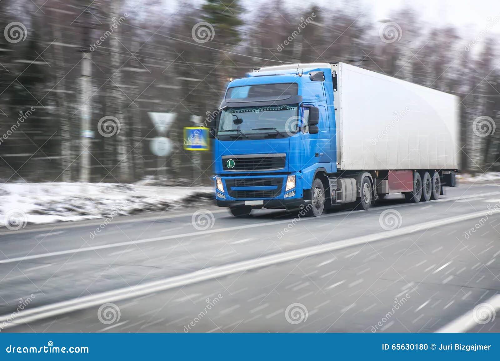 Le camion va sur la route de l hiver