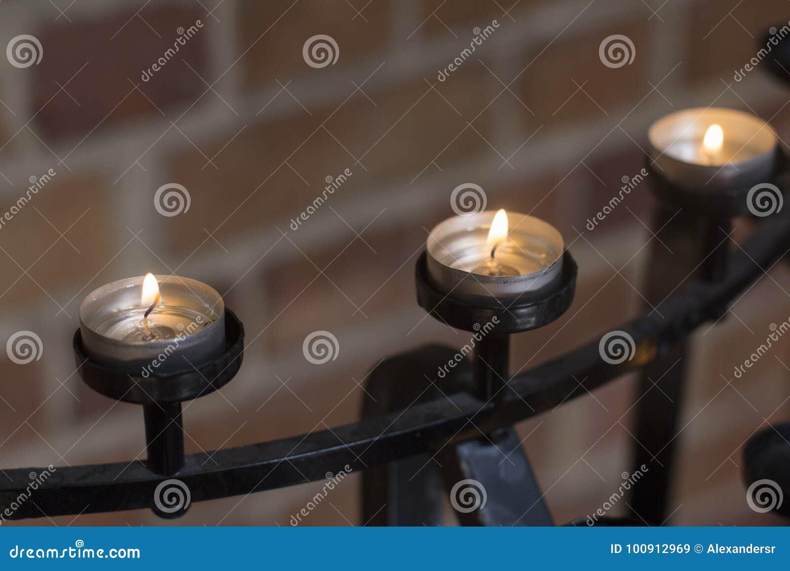 Le candele allineano in chiesa a Perth Australia piacevole