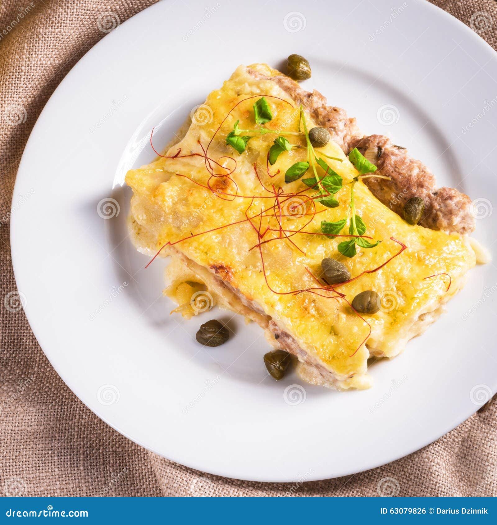 Download Le Cannelloni Avec Hachent Remplir Et Câpres Photo stock - Image du mangez, maïs: 63079826