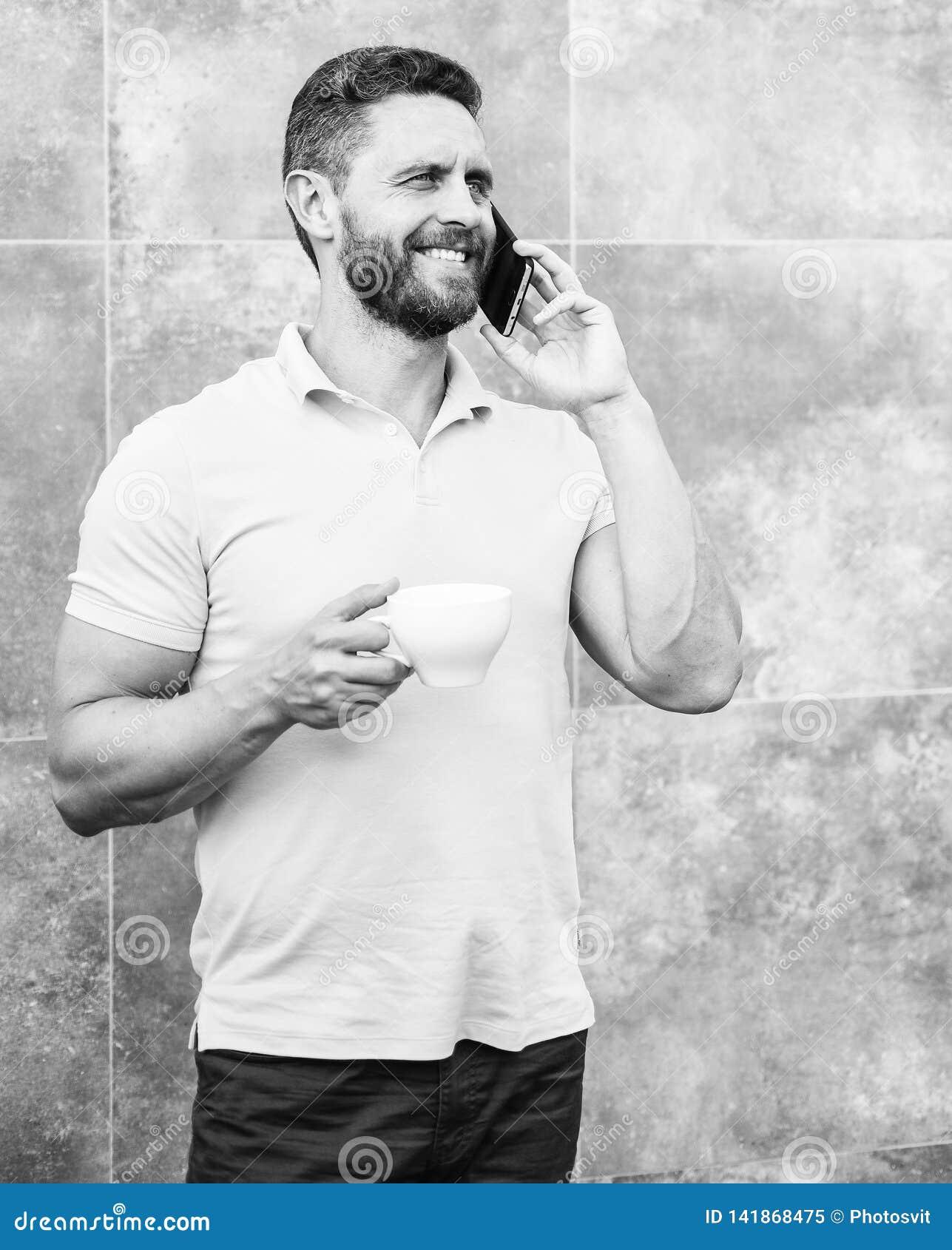 Le cappuccino de boissons d homme parlent le fond gris de mur de téléphone Même si vous buvez du café sur l aller chaque petite g