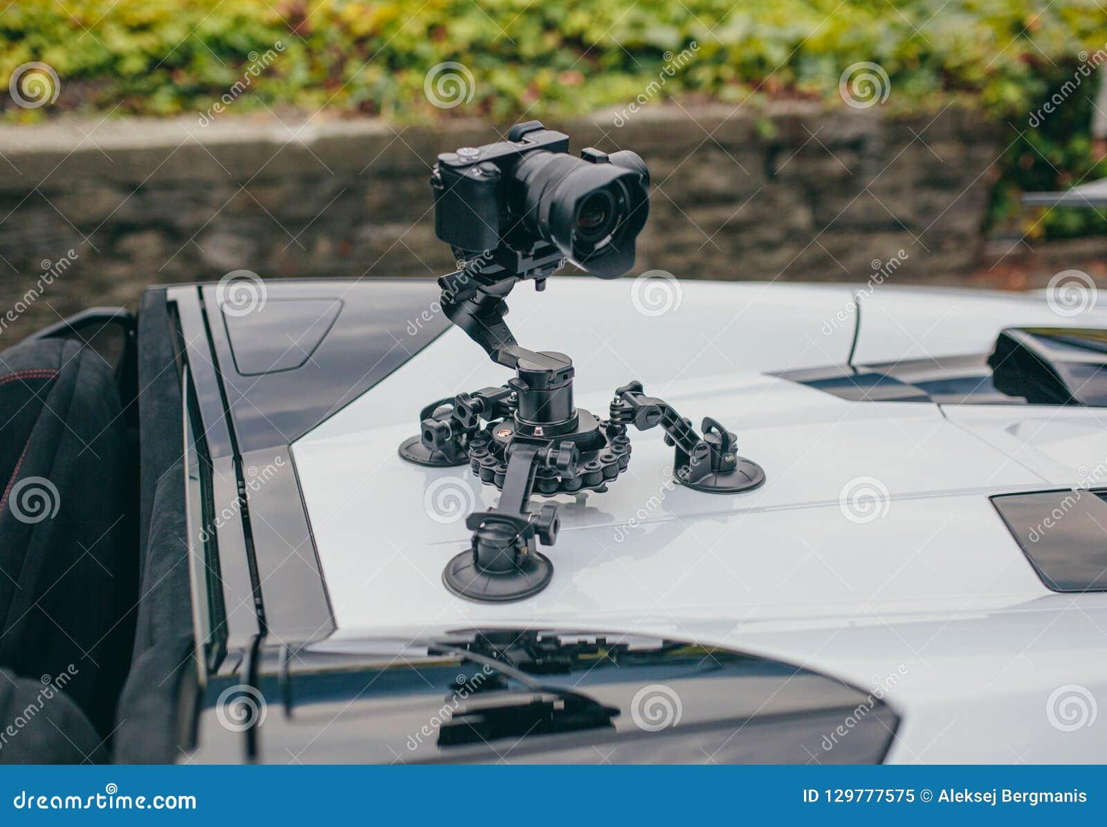 Le cardan de caméra sur le steadicam de voiture garde sur des surgeons sur la voiture automatique
