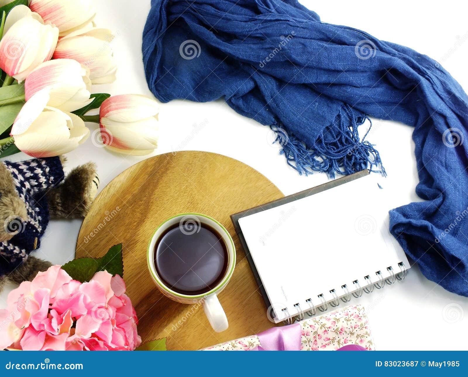 2a471b5777b68 La vue supérieure du carnet de tasse de café de matin avec des fleurs et l  écharpe sur la copie espacent le fond blanc