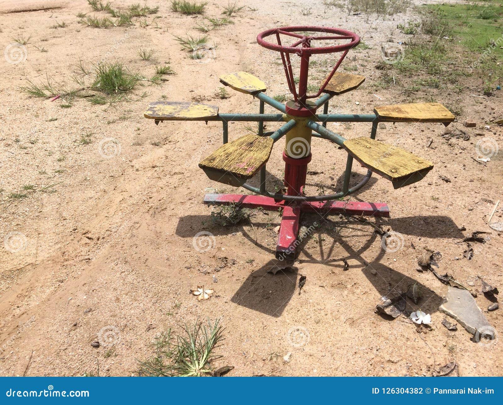 Le carrousel est un jouet pour les enfants ruraux