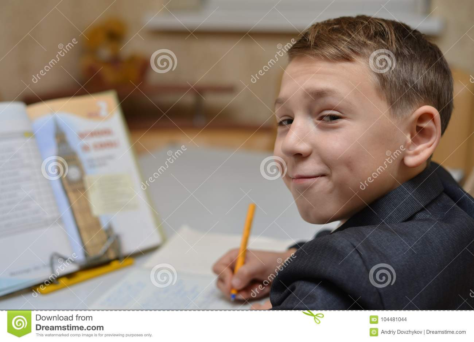 Le Centre Sélectif Du Petit Garçon Apprenant Comment écrire