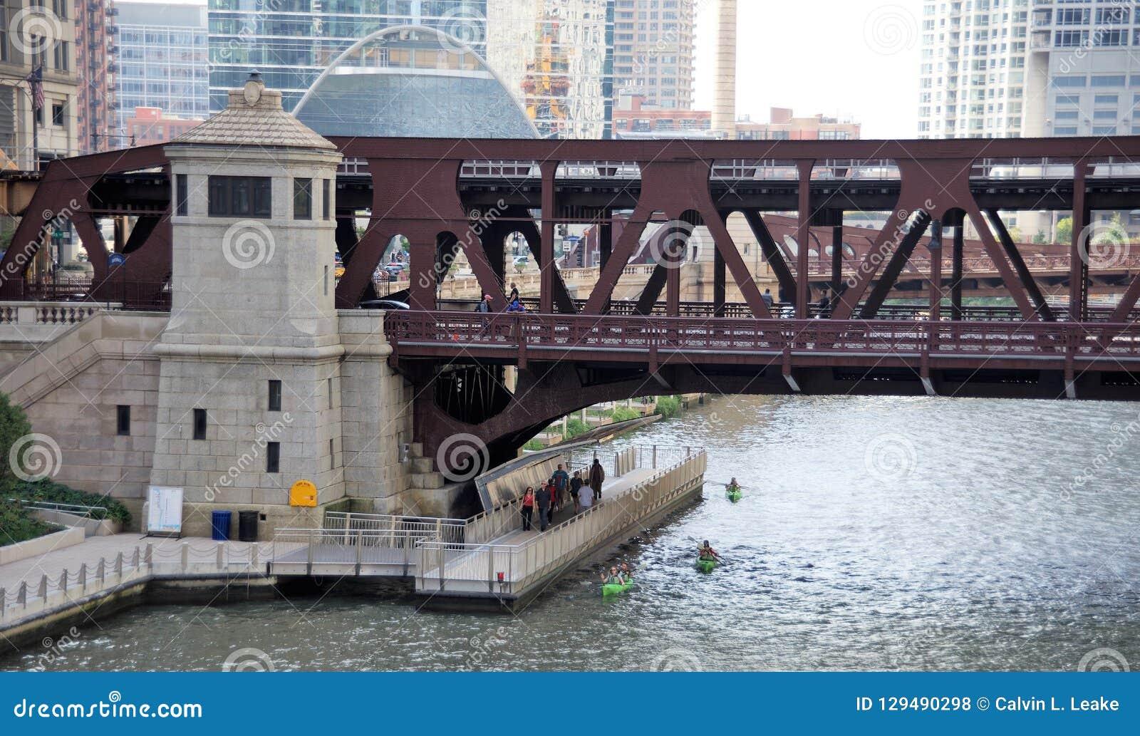 Le centre ville de marche et Kayaking Chicago, l Illinois