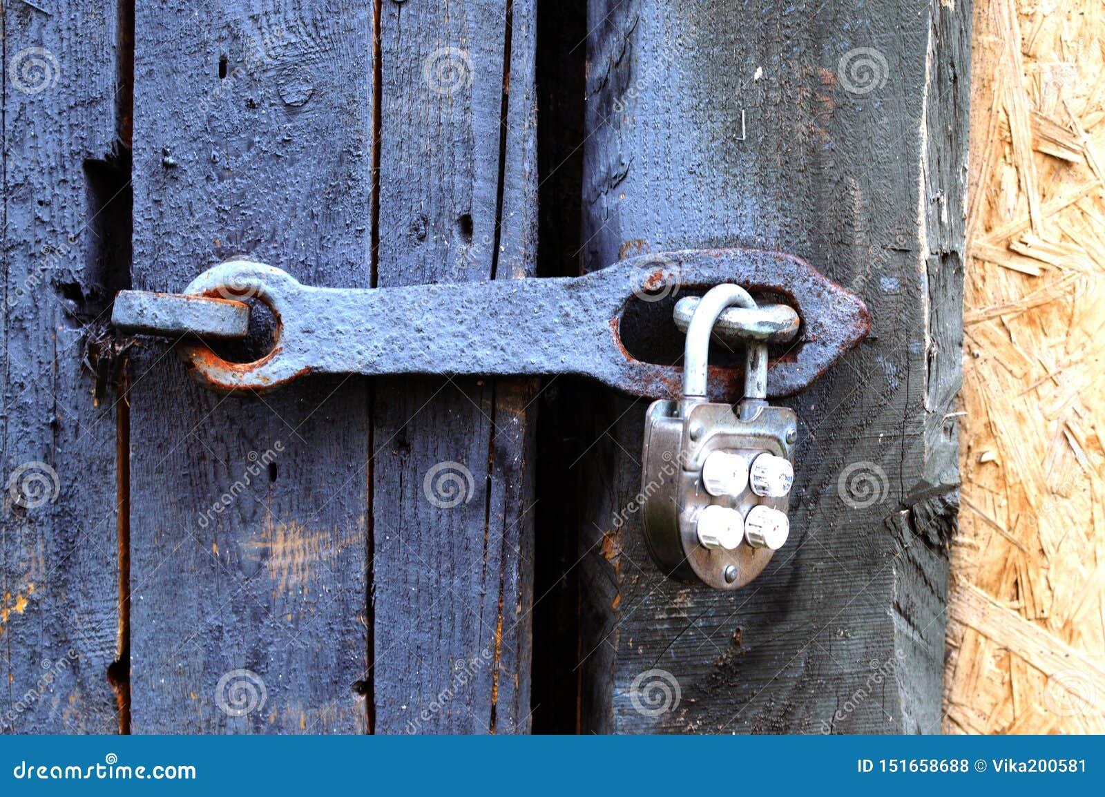 Le château articulé antique de fer sur une porte ou une porte