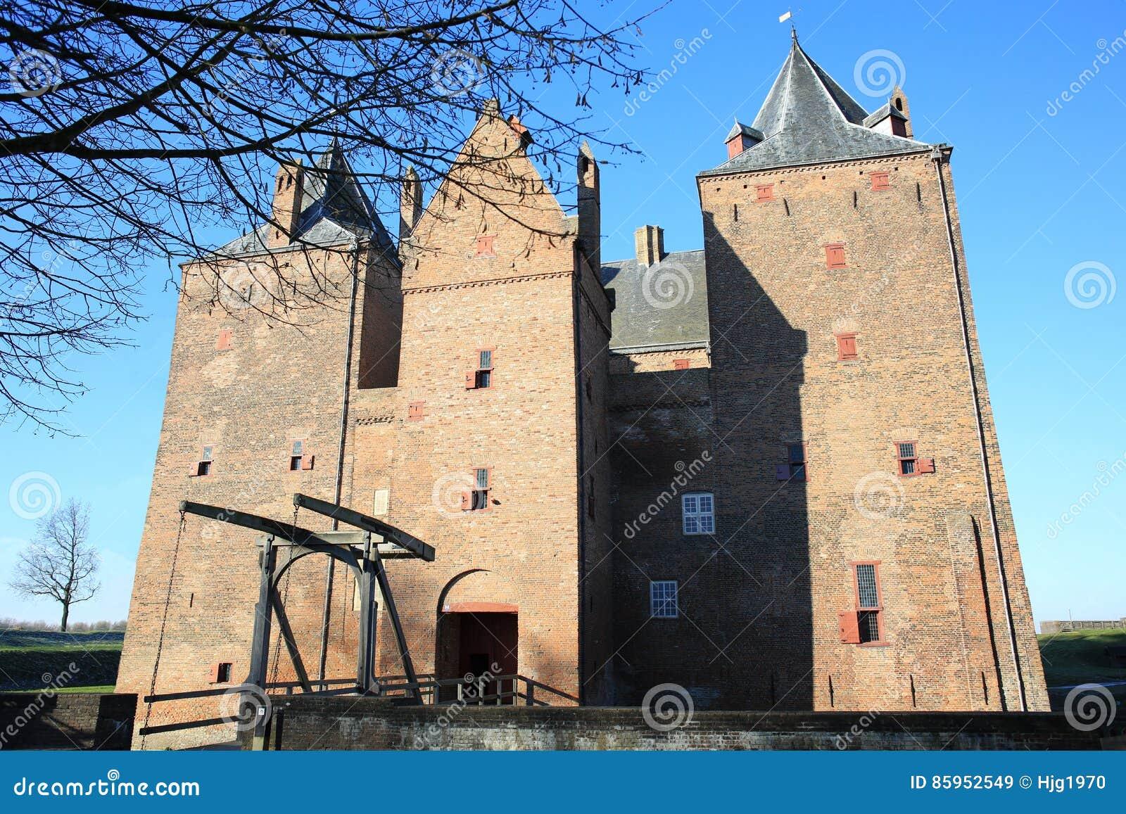 Le château historique Loevestein dans la province Gueldre, Pays-Bas