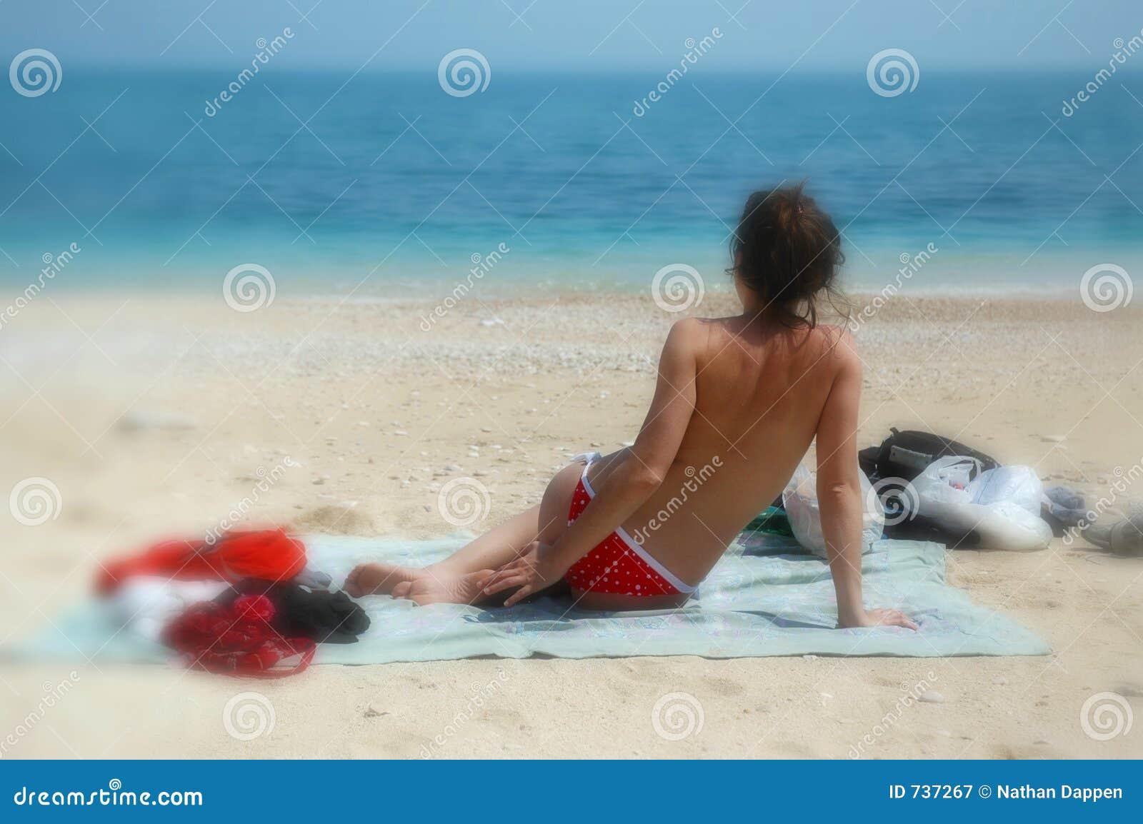 Le chéri de torse nu s assied sur la plage