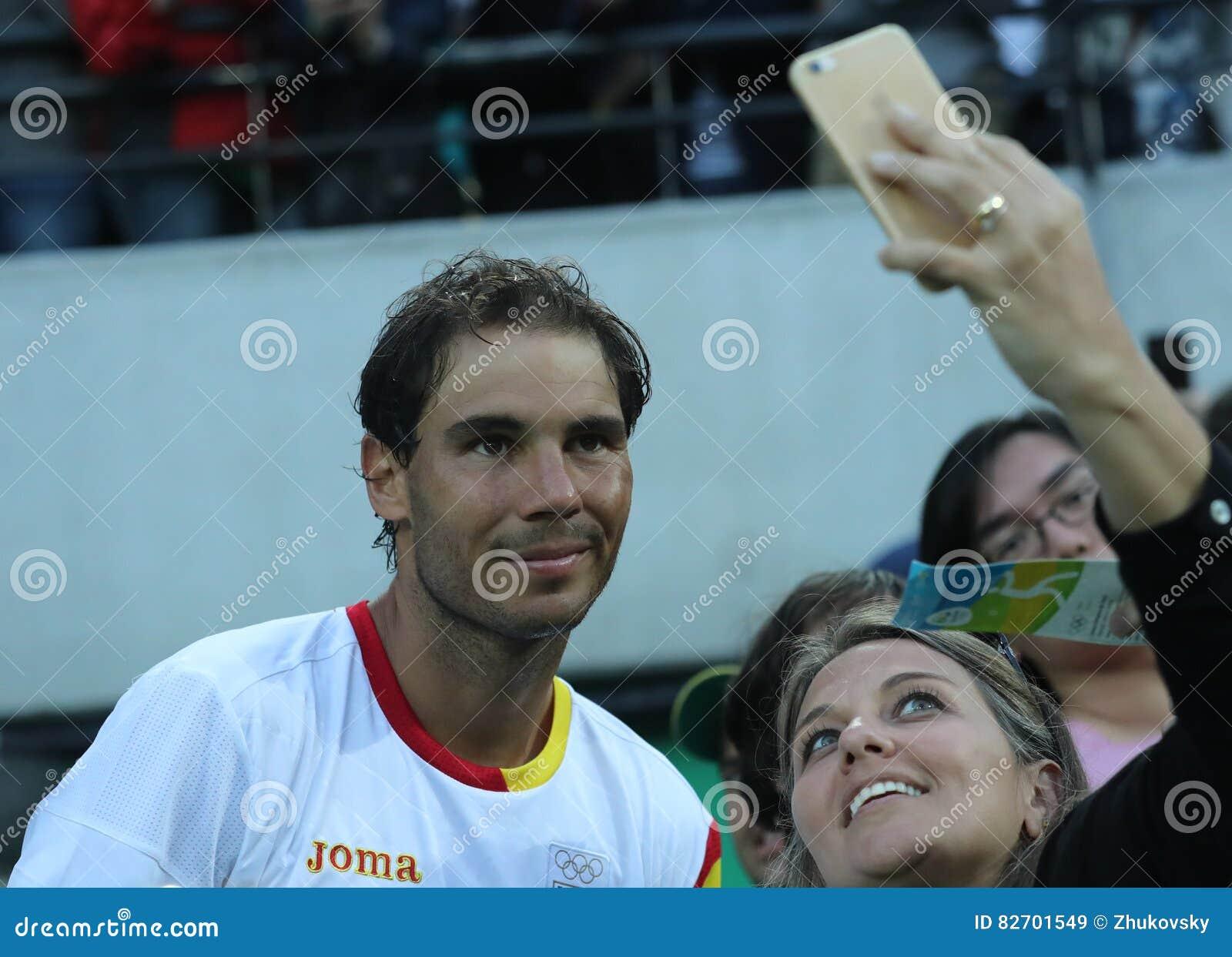 Le champion olympique Rafael Nadal de l Espagne prenant le selfie avec la fan de tennis après le ` s des hommes choisit la demi-f