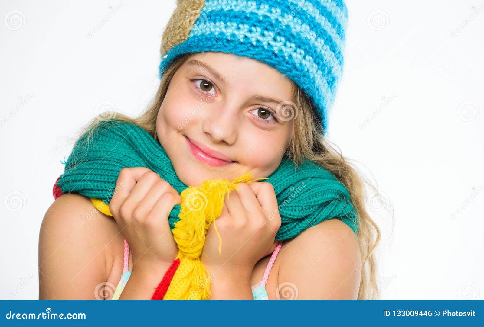 Le chapeau et l écharpe maintiennent chaud L enfant utilisent le chapeau bleu tricoté mou chaud et la longue écharpe Accessoires