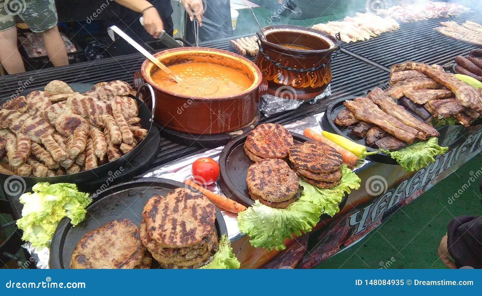 Le charbon de bois a grillé la nourriture naturelle Rassemblement slavic de campagne