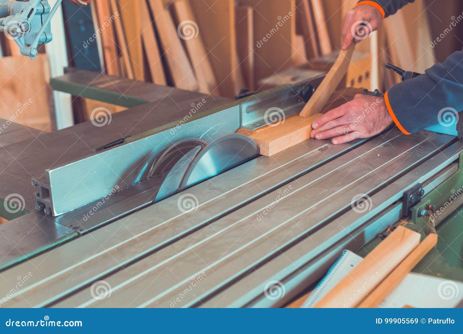 Le charpentier s est engagé en traitant le bois à la scierie Humain masculin rotatoire Pers de la poussière DIY de mouvement de f