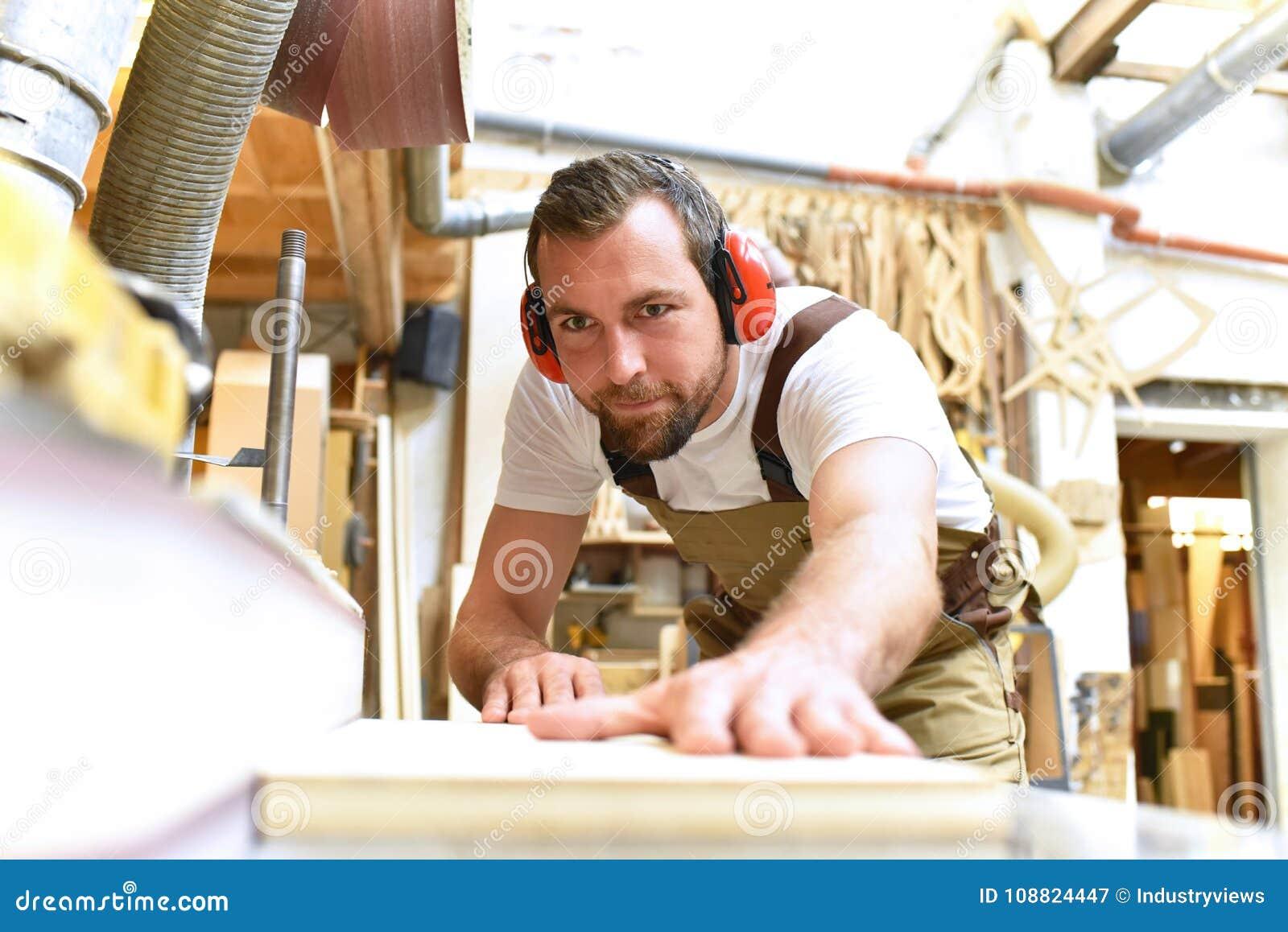 Le charpentier travaille en menuiserie - atelier pour le travail du bois et le sawi